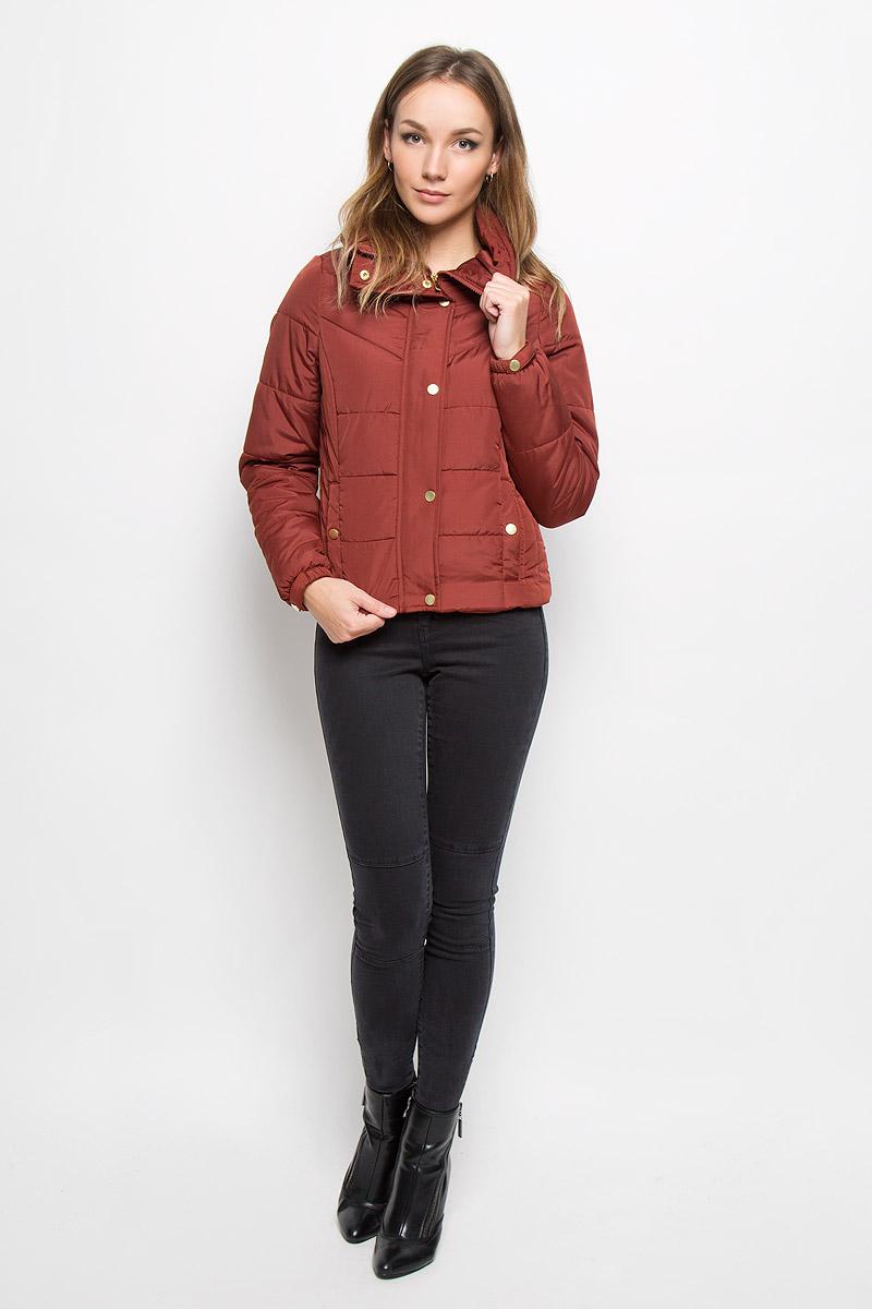 Куртка женская Vero Moda, цвет: каштановый. 10157838. Размер L (46)10157838_Fired BrickСтильная женская куртка Vero Moda выполнена из 100% полиэстера. Подкладка и наполнитель тоже выполнены из полиэстера. Такая модель отлично подойдет для прохладной погоды.Куртка с воротником-стойкой и длинными рукавами застегивается на застежку-молнию, которая прикрыта ветрозащитной планкой на кнопках. Спереди модель дополнена двумя прорезными карманами с клапанами на кнопках. Манжеты рукавов на резинках и оформлены декоративными кнопками. Очень комфортная и стильная куртка будет прекрасным выбором для повседневной носки и подчеркнет вашу индивидуальность.