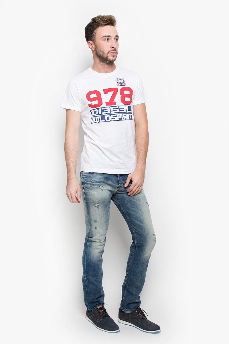 Футболка мужская Diesel, цвет: белый, синий, красный. 00SUNH-0091B. Размер M (48)00SUNH-0091B/100Стильная мужская футболка Diesel выполнена из натурального хлопка. Материал очень мягкий и приятный на ощупь, обладает высокой воздухопроницаемостью и гигроскопичностью, позволяет коже дышать. Модель прямого кроя с круглым вырезом горловины и короткими рукавами. Горловина обработана трикотажной резинкой, которая предотвращает деформацию после стирки и во время носки. Футболка оформлена оригинальной термоаппликацией и принтовыми надписями.Такая модель подарит вам комфорт в течение всего дня и послужит замечательным дополнением к вашему гардеробу.