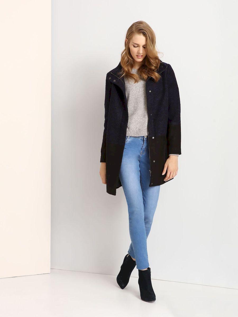 Пальто женское Troll, цвет: сине-фиолетовый, черный. TPZ0107GR. Размер L (48)TPZ0107GRСтильное женское пальто Troll выполнено из высококачественного полиэстера.Модель прямого кроя с воротником-стойкой застегивается на застежку-молнию и на клапан с кнопками.