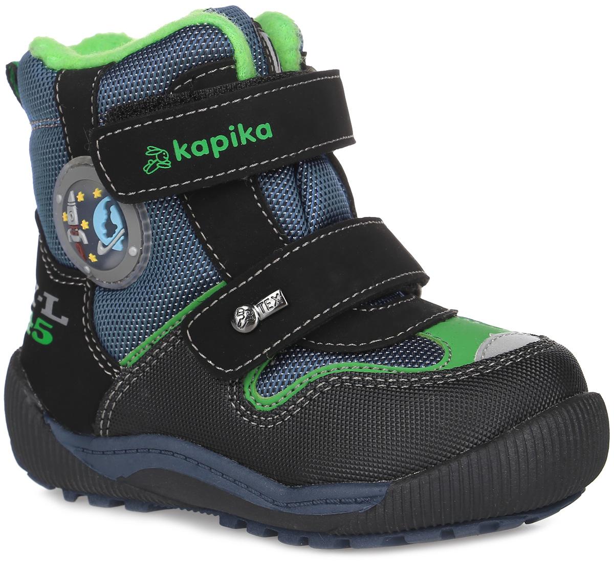 Ботинки для мальчика Kapika, цвет: черный, темно-синий, зеленый. 41173-2. Размер 2241173-2Удобные высокие ботинки от Kapika придутся по душе вашему мальчику! Модель изготовлена из искусственной кожи и плотного текстиля. Изделие оформлено вставками и прострочкой, сбоку - аппликацией из ПВХ на тему космоса, на язычке - фирменной нашивкой, на ремешках - тиснением с названием бренда и металлическим элементом. Ярлычок на заднике предназначен для удобства обувания. Два ремешка на застежках-липучках надежно фиксируют изделие на ноге. Мягкая подкладка и стелька исполненные из текстиля, на 80% состоящего из натурального овечьего шерстяного меха, обеспечивают тепло, циркуляцию воздуха и сохраняют комфортный микроклимат в обуви. Рифление на подошве гарантирует идеальное сцепление с любыми поверхностями. Стильные ботинки займут достойное место в гардеробе вашего ребенка, они идеально подойдут для теплой зимы, а также поздней осени и ранней весны.