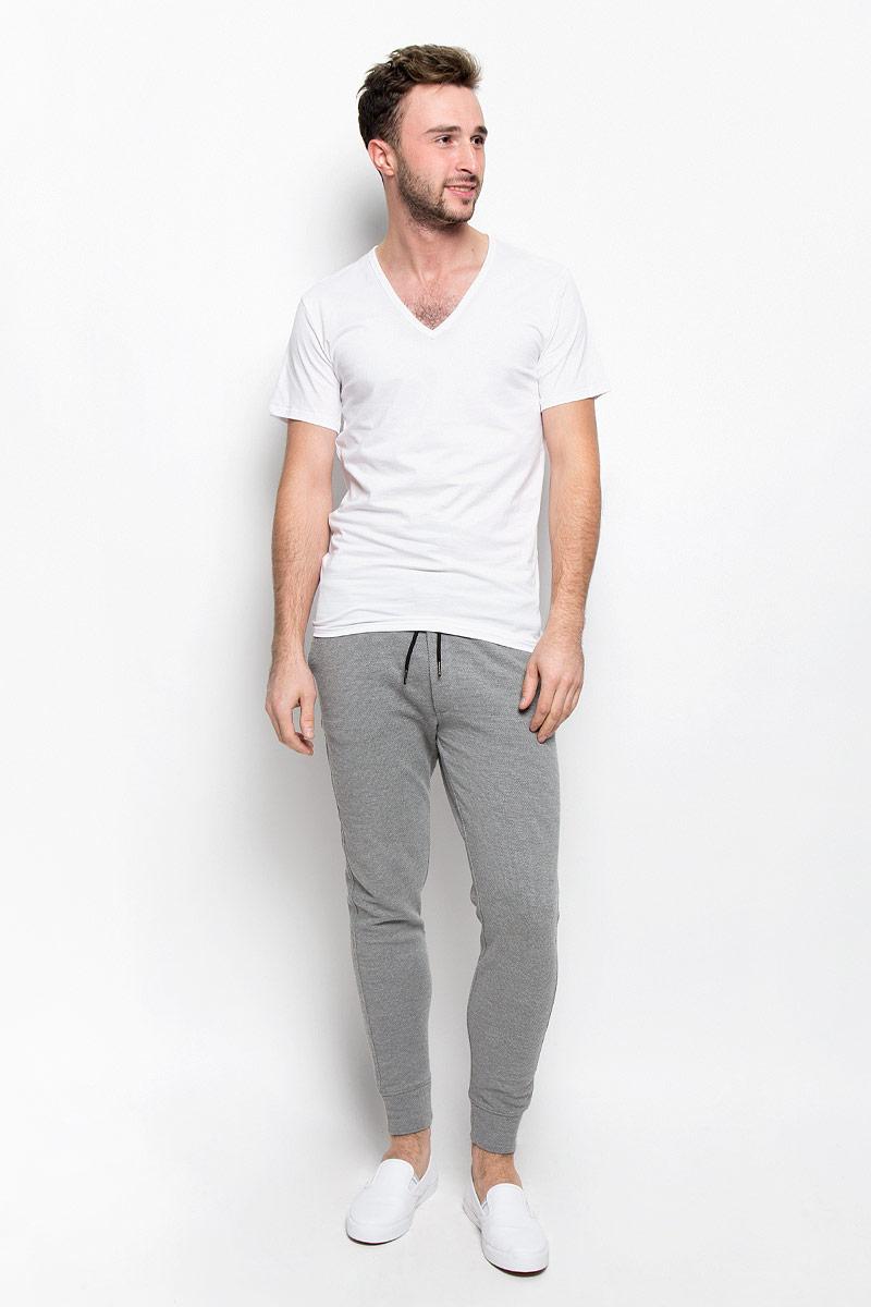 Футболка мужская Calvin Klein Underwear, цвет: белый. NB1217A. Размер M (46/48)NB1217AСтильная мужская футболка Calvin Klein Underwear, выполненная из натурального хлопка с добавлением эластана, необычайно мягкая и приятная на ощупь, не сковывает движения и позволяет коже дышать, обеспечивая комфорт. Модель с V-образным вырезом горловины и короткими рукавами внизу оформлена надписью Calvin Klein. Вырез горловины дополнен эластичной трикотажной резинкой, что предотвращает деформацию при носке.Футболка Calvin Klein Jeans станет отличным дополнением к вашему гардеробу.