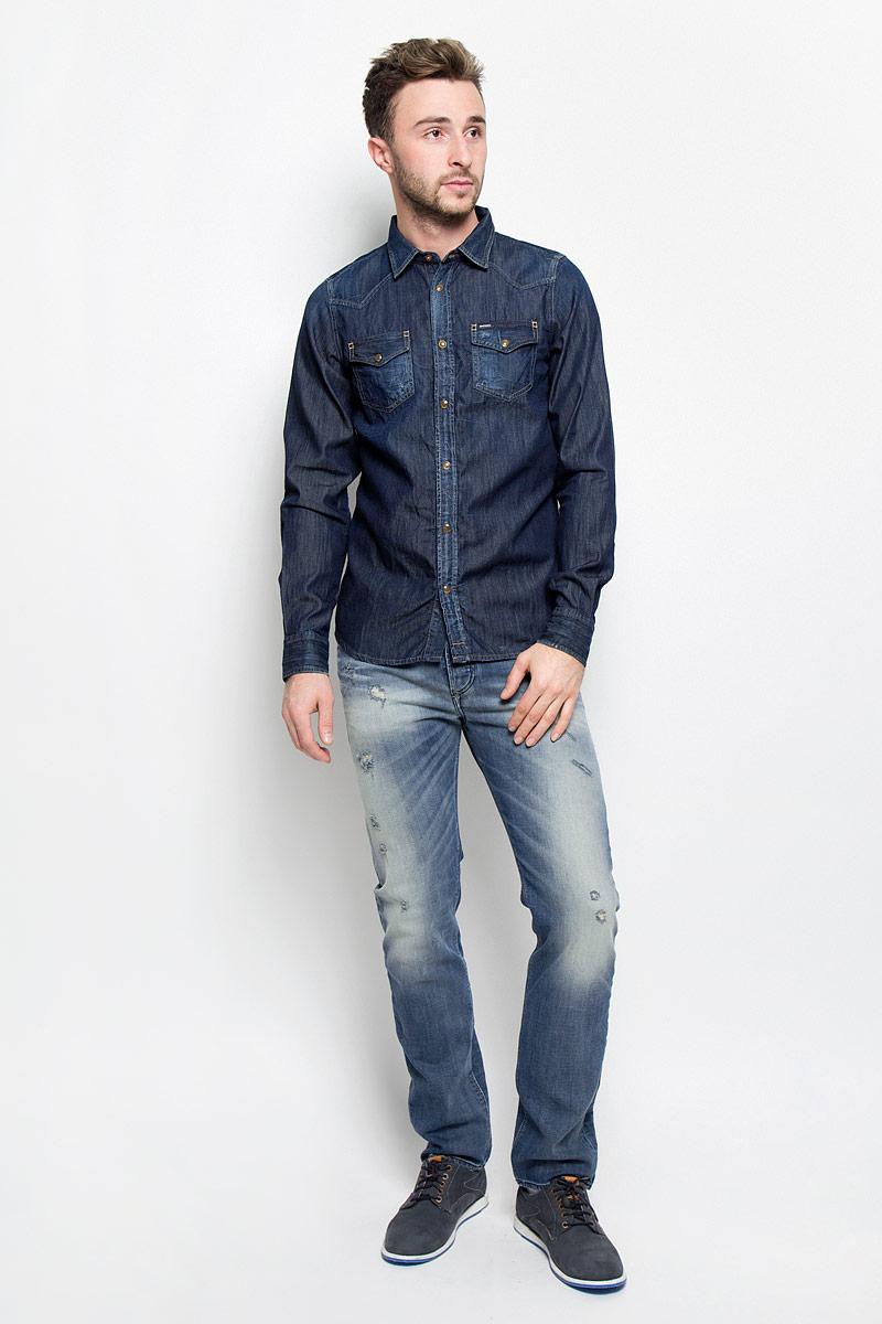 Рубашка мужская Diesel, цвет: синий джинс. 00SD24-0678B. Размер L (50)00SD24-0678B/01Мужская рубашка Diesel прекрасно подойдет для повседневной носки. Изделие, выполненное из натурального хлопка, необычайно мягкое и приятное на ощупь, не сковывает движения и хорошо пропускает воздух. Рубашка с отложным воротником и длинными рукавами застегивается спереди на кнопки. Оформлена модель накладными карманами с клапанами на кнопках. Манжеты рукавов также дополнены застежками-кнопками. Материал изделия стилизован под джинсовую ткань. Такая рубашка будет дарить вам комфорт в течение всего дня и станет стильным дополнением к вашему гардеробу.