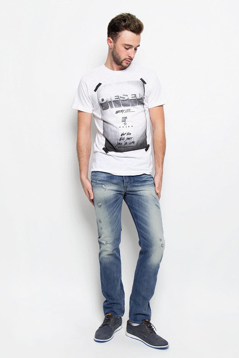 Джинсы мужские Diesel, цвет: синий джинс. 00SDHB-0857M. Размер 32-32 (50-32)00SDHB-0857M/01Стильные мужские джинсы Diesel - джинсы высочайшего качества на каждый день, которые прекрасно сидят. Модель прямого кроя и средней посадки изготовлена из эластичного хлопка. Застегиваются джинсы на пуговицы в ширинке. На поясе предусмотрены шлевки для ремня. Спереди модель оформлена двумя втачными карманами с закругленным срезом и одним секретным кармашком, а сзади - двумя накладными карманами. Изделие оформлено декоративными потёртостями и рваным эффектом.Эти модные и в тоже время комфортные джинсы послужат отличным дополнением к вашему гардеробу.