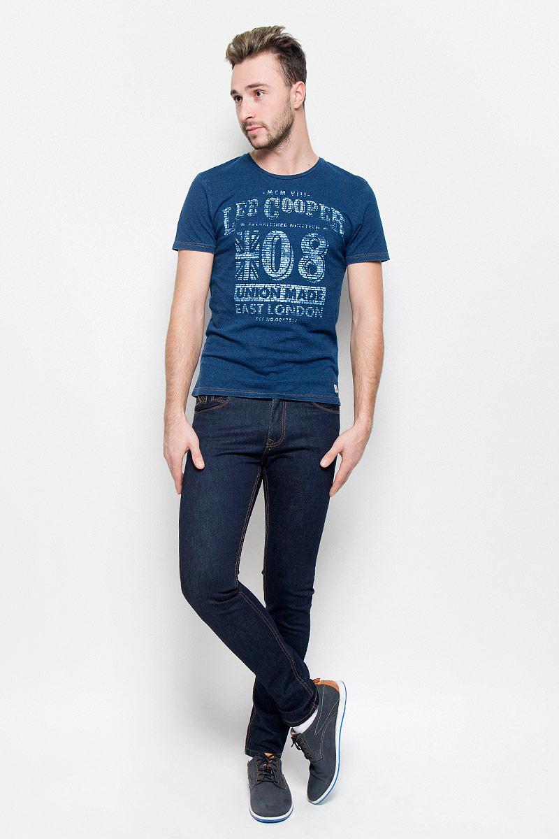 Джинсы мужские Lee Cooper, цвет: темно-синий. FRANK. Размер 30-34 (46-34)FRANK/INKYСтильные мужские джинсы Lee Cooper высочайшего качества выполнены из плотного хлопкового материала с небольшим добавлением лайкры. Модель зауженного кроя и средней посадки станет отличным дополнением к вашему современному образу. Джинсы застегиваются на металлическую пуговицу в поясе и ширинку на застежке-молнии, также имеются шлевки для ремня. Джинсы декорированы контрастной прострочкой. Спереди модель оформлена двумя втачными карманами, а сзади - двумя накладными карманами.Эти модные и в то же время комфортные джинсы послужат отличным дополнением к вашему гардеробу. В них вы всегда будете чувствовать себя уютно и комфортно.