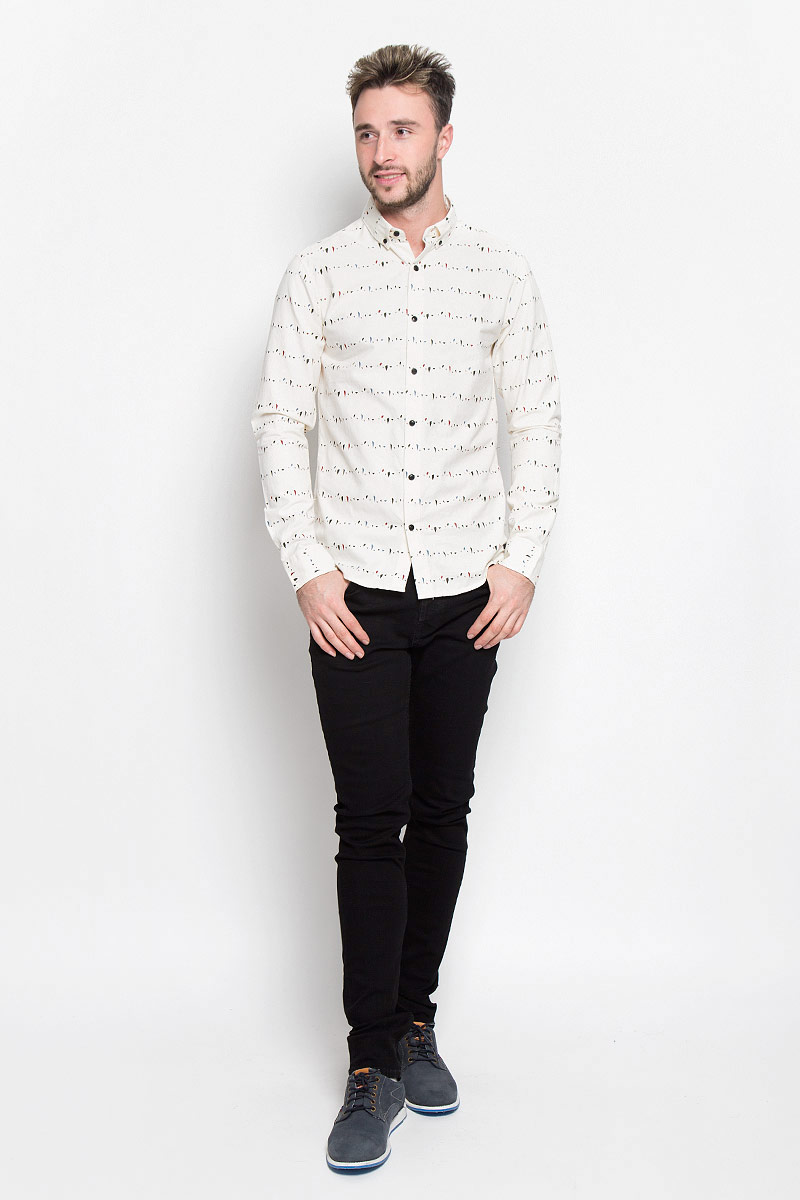 Рубашка мужская Only & Sons, цвет: молочный. 22004270. Размер S (44)22004270_Cloud DancerСтильная мужская рубашка Only & Sons, выполненная из натурального хлопка, подчеркнет ваш уникальный стиль и поможет создать оригинальный образ. Такой материал великолепно пропускает воздух, а также обладает высокой гигроскопичностью. Рубашка slim fit с длинными рукавами и отложным воротником застегивается на пуговицы спереди. Манжеты рукавов также застегиваются на пуговицы. Рубашка оформлена принтом в виде мелких пятнышек. Классическая рубашка - превосходный вариант для базового мужского гардероба и отличное решение на каждый день.Такая рубашка будет дарить вам комфорт в течение всего дня и послужит замечательным дополнением к вашему гардеробу.