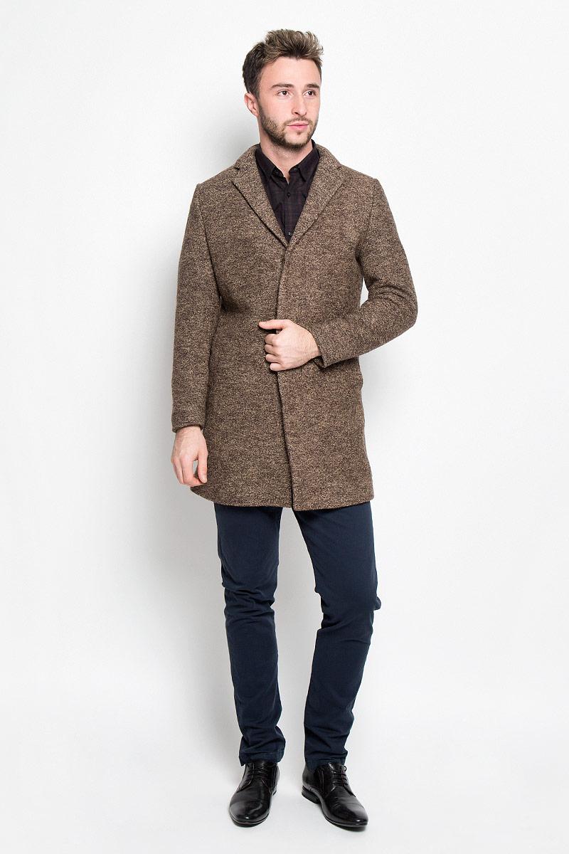 Пальто мужское Selected Homme, цвет: коричнево-бежевый. 16053043. Размер L (48)16053043_CamelСтильное мужское пальто Selected Homme дополнит ваш образ и подчеркнет индивидуальность. Оно изготовлено из высококачественного материала, обеспечивающего комфорт и удобство при носке. Благодаря содержанию в составе шерсти, изделие максимально сохраняет тепло. Основная подкладка выполнена из сочетания вискозы и полиэстера, подкладка рукавов - из 100% полиэстера. Пальто с длинными рукавами и отложным воротником с лацканами застегивается на три пуговицы, скрытые за планкой. Модель оснащена двумя втачными карманами. С внутренней стороны расположены два прорезных кармана, один из которых закрывается с помощью клапана и пуговицы. Спинка дополнена одиночной центральной шлицей с застежкой-кнопкой.Этот модное пальто станет отличным дополнением к вашему гардеробу!