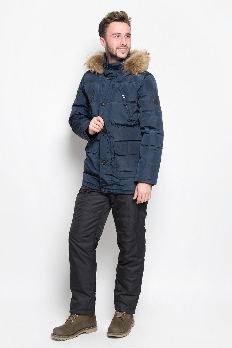 Куртка мужская Sela Casual Wear, цвет: темно-синий. Cd-226/329-6414. Размер S (46)Cd-226/329-6414Мужской пуховик Sela Casual Wear идеально дополнит ваш образ в холодную погоду. Изделие выполнено из водо- и ветронепроницаемого материала. Подкладка изготовлена из гладкой ткани. В качестве утеплителя используется пух и перо. Куртка с воротником-стойкой и капюшоном застегивается на пластиковую молнию с двумя ветрозащитными планками. Внешняя планка имеет застежки-пуговицы. Капюшон, декорированный съемной опушкой из натурального меха, пристегивается к куртке с помощью молнии. На рукавах предусмотрены мягкие трикотажные манжеты. На груди расположены два прорезных кармана на молниях, в нижней части изделия - два объемных накладных кармана с клапанами на кнопках. С внутренней стороны имеется накладной карман с застежкой-кнопкой. Модель украшена нашивкой.Практичная и теплая куртка послужит отличным дополнением к вашему гардеробу!
