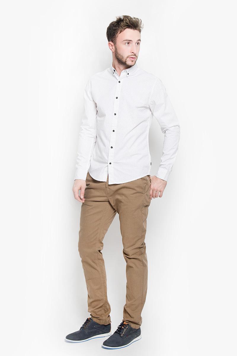 Рубашка мужская Only & Sons, цвет: белый. 22004843. Размер L (48)22004843_WhiteСтильная мужская рубашка Only & Sons, выполненная из натурального хлопка, подчеркнет ваш уникальный стиль и поможет создать оригинальный образ. Такой материал великолепно пропускает воздух, обеспечивая необходимую вентиляцию, а также обладает высокой гигроскопичностью. Рубашка с длинными рукавами и отложным воротником застегивается на пуговицы спереди. Манжеты рукавов также застегиваются на пуговицы. Рубашка оформлена контрастным принтом в мелкий горох. Классическая рубашка - превосходный вариант для базового мужского гардероба и отличное решение на каждый день.Такая рубашка будет дарить вам комфорт в течение всего дня и послужит замечательным дополнением к вашему гардеробу.