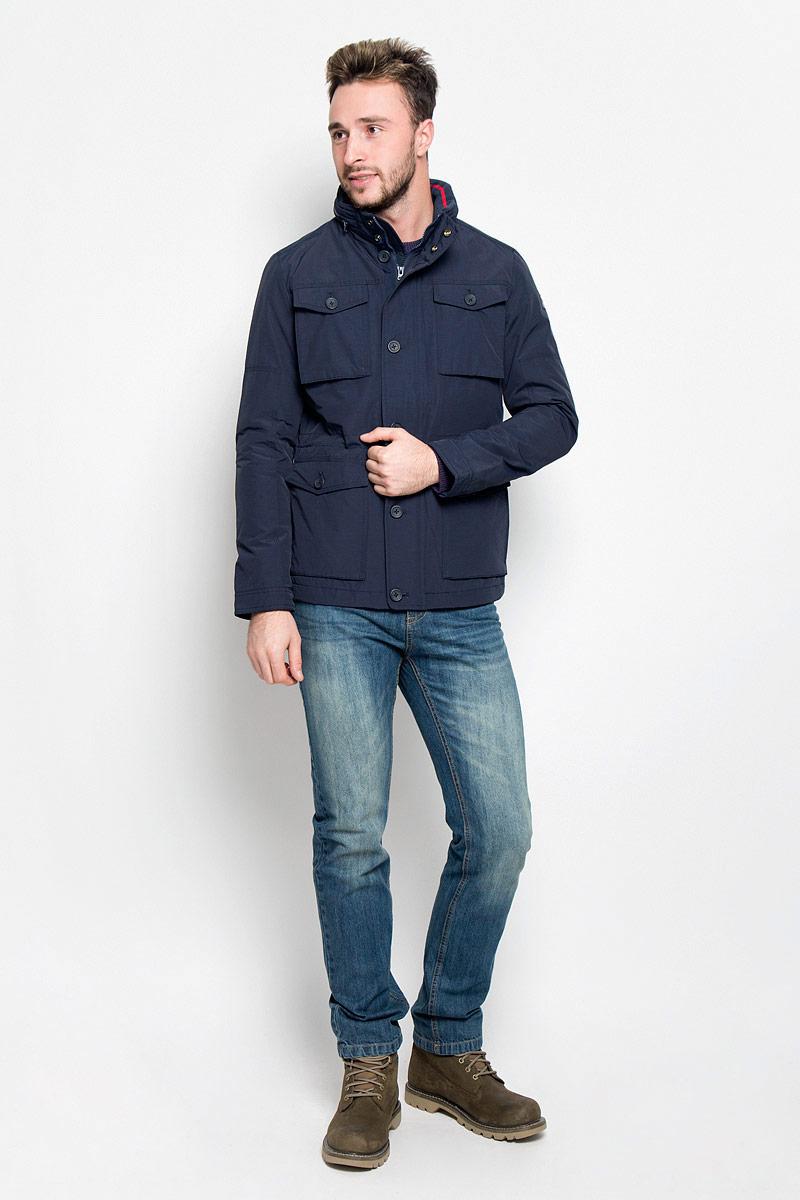 Куртка мужская Wrangler The Field, цвет: темно-синий. W4624YO35. Размер M (48)W4624YO35Мужская куртка Wrangler The Field придаст образу безупречный стиль. Изделие выполнено из водоотталкивающей ткани, препятствующей быстрому намоканию. Подкладка изготовлена из гладкого и приятного на ощупь материала. В качестве утеплителя используется полиэстер, который обеспечивает максимальное сохранение тепла.Куртка прямого кроя с воротником-стойкой и капюшоном застегивается на молнию. Модель оснащена двумя ветрозащитными планками. Внешняя планка имеет застежки-пуговицы и кнопки. При необходимости тонкий капюшон можно сложить и зафиксировать в воротнике с помощью молнии. На воротнике предусмотрена мягкая подкладка из трикотажной резинки. Манжеты регулируются по объему при помощи пуговиц. По линии талии куртка дополнена затягивающимся эластичным шнурком со стопперами. Спереди расположены четыре накладных кармана с клапанами на пуговицах, с внутренней стороны - накладной карман на кнопке и прорезной карман на молнии. Изделие украшено нашивкой с название бренда. Практичная и теплая куртка послужит отличным дополнением к вашему гардеробу!