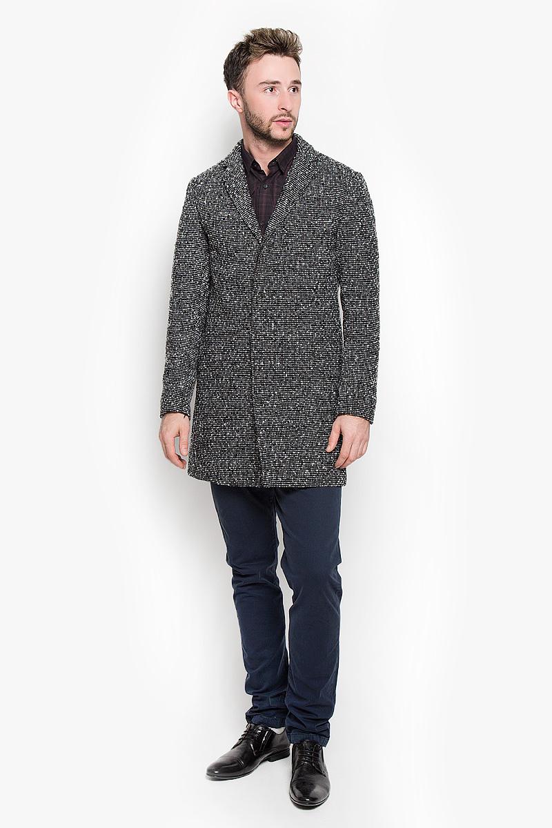 Пальто мужское Selected Homme, цвет: черный. 16053638. Размер XL (50)16053638_BlackСтильное мужское пальто Selected Homme, выполненное из полиэстера с добавлением шерсти, согреет вас в прохладную погоду. Модель с лацканами и длинными рукавами и застегивается на три пуговицы. Спереди имеются два втачных кармана. С внутренней стороны расположен втачной карман на пуговице.В этом пальто вам будет уютно и комфортно.