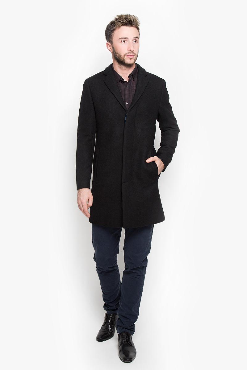 Пальто мужское Selected Homme Antonio Banderas, цвет: черный. 16051621. Размер XXL (52)16051621_BlackСтильное мужское пальто Selected Homme Antonio Banderas дополнит ваш образ и подчеркнет индивидуальность. Оно изготовлено из высококачественного материала, обеспечивающего комфорт и удобство при носке. Благодаря содержанию в составе шерсти, изделие максимально сохраняет тепло. Основная подкладка выполнена из 100% полиэстера, подкладка рукавов - изполиэстера с добавлением вискозы. Пальто с длинными рукавами и отложным воротником с лацканами застегивается на три пуговицы, скрытые за планкой. Модель оснащена двумя втачными карманами. С внутренней стороны расположены два прорезных кармана, один из которых закрывается с помощью клапана и пуговицы. Спинка дополнена одиночной центральной шлицей с застежкой-кнопкой.Этот модное пальто станет отличным дополнением к вашему гардеробу!