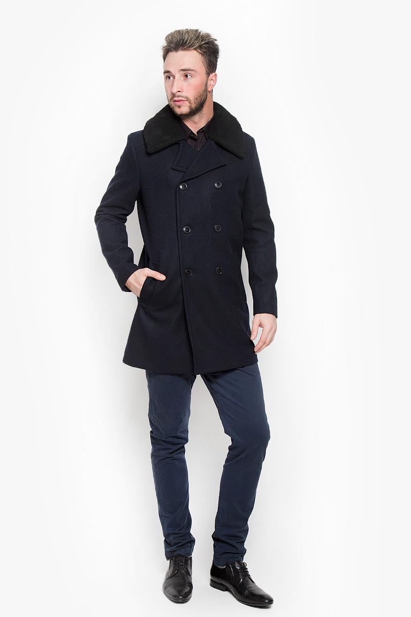 Пальто мужское Selected Homme Indigo, цвет: темно-синий. 16052479. Размер L (48)16052479_Dark NavyСтильное мужское пальто Selected Homme Indigo дополнит ваш образ и подчеркнет индивидуальность. Оно изготовлено из высококачественного материала, обеспечивающего комфорт и удобство при носке. Благодаря содержанию в составе шерсти, изделие максимально сохраняет тепло. Основная подкладка выполнена из сочетания вискозы и полиэстера, подкладка рукавов - из 100% полиэстера. Пальто с длинными рукавами и отложным воротником с лацканами застегивается на три пуговицы и дополнен декоративными пуговицами. Воротник дополнен отстегивающимся мехом на пуговицах. Модель оснащена двумя втачными карманами. С внутренней стороны расположен один карман на застежке-молнии.Этот модное пальто станет отличным дополнением к вашему гардеробу!