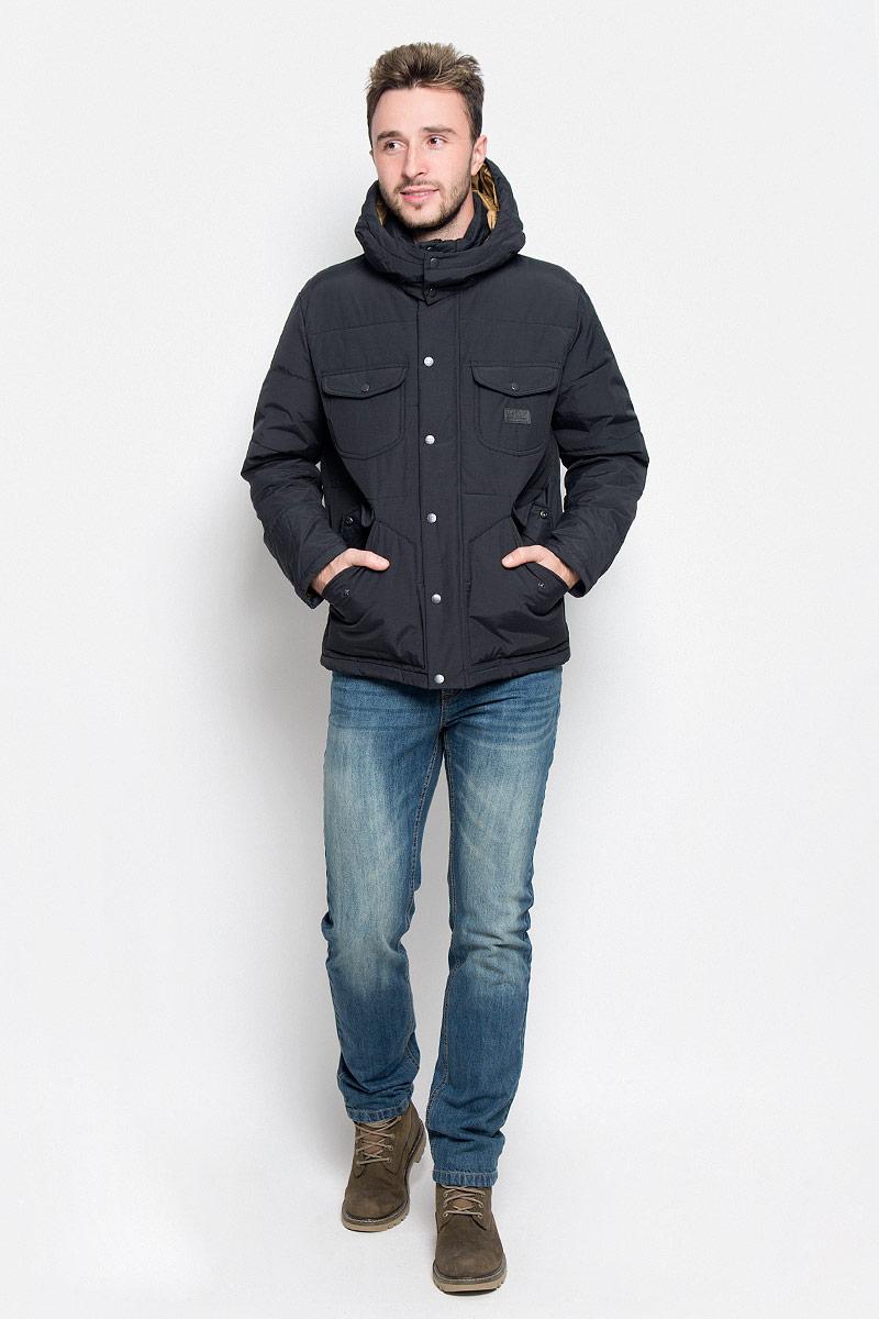 Куртка мужская Lee, цвет: черный. L88GWN01. Размер L (50)L88GWN01Мужская куртка Lee идеально дополнит ваш образ в прохладную погоду. Изделие выполнено из хлопка и полиамида. Подкладка изготовлена из гладкого и приятного на ощупь материала контрастного цвета. В качестве утеплителя используется полиэстер, который обеспечивает максимальное сохранение тепла.Куртка прямого кроя с воротником-стойкой и капюшоном застегивается на молнию. Модель оснащена двумя ветрозащитными планками. Внешняя планка имеет застежки-кнопки. Капюшон, дополненный по краю затягивающимся шнурком, пристегивается к куртке с помощью кнопок. На капюшоне имеется клапан на кнопках для защиты от ветра. На рукавах предусмотрены хлястики с застежками-кнопками для регулировки объема. Спереди расположены четыре накладных кармана с клапанами на кнопках, с внутренней стороны - накладной карман. Изделие украшено фирменной нашивкой.Практичная и теплая куртка послужит отличным дополнением к вашему гардеробу!