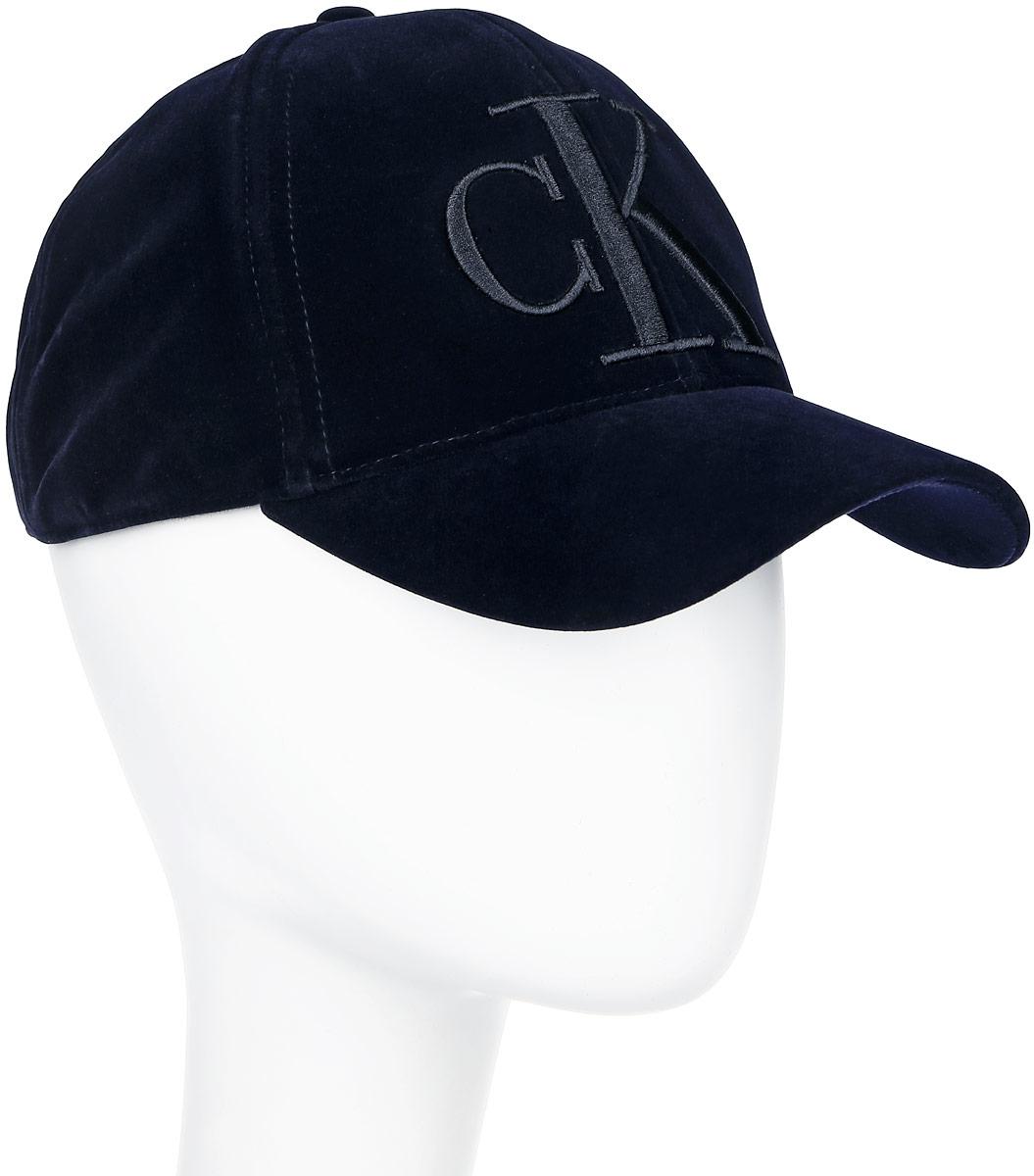 Бейсболка женская Calvin Klein Jeans, цвет: темно-синий. J20J200912. Размер универсальный561168_27Стильная женская бейсболка Calvin Klein, изготовленная из высококачественного полиэстера на подкладке из 100% хлопка, идеально подойдет для активного отдыха и обеспечит надежную защиту головы от солнца. Бейсболка оформлена оригинальным принтом в виде логотипа бренда и дополнена металлической пластиной с названием бренда.Объем изделия регулируется благодаря застежке.