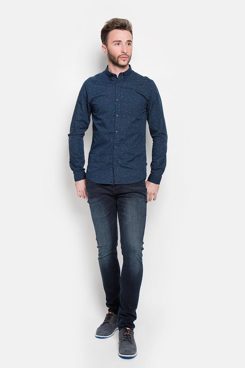 Рубашка мужская Only & Sons, цвет: темно-синий. 22004463. Размер XL (50)22004463_Dress BluesСтильная мужская рубашка Only & Sons, выполненная из натурального хлопка, подчеркнет ваш уникальный стиль и поможет создать оригинальный образ. Такой материал великолепно пропускает воздух, а также обладает высокой гигроскопичностью. Рубашка slim fit с длинными рукавами и отложным воротником застегивается на пуговицы спереди. Манжеты рукавов также застегиваются на пуговицы. Рубашка оформлена принтом в виде мелких пятнышек. Классическая рубашка - превосходный вариант для базового мужского гардероба и отличное решение на каждый день.Такая рубашка будет дарить вам комфорт в течение всего дня и послужит замечательным дополнением к вашему гардеробу.