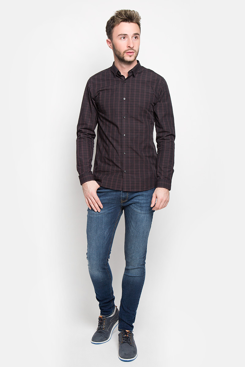 Рубашка мужская Jack & Jones, цвет: черный, бордовый. 12108807. Размер M (46)12108807_SassafrasСтильная мужская рубашка Jack & Jones, выполненная из натурального хлопка, подчеркнет ваш уникальный стиль и поможет создать оригинальный образ. Такой материал великолепно пропускает воздух, а также обладает высокой гигроскопичностью. Рубашка slim fit с длинными рукавами и отложным воротником застегивается на пуговицы спереди. Манжеты рукавов также застегиваются на пуговицы. Рубашка оформлена принтом в клетку. Классическая рубашка - превосходный вариант для базового мужского гардероба и отличное решение на каждый день.Такая рубашка будет дарить вам комфорт в течение всего дня и послужит замечательным дополнением к вашему гардеробу.