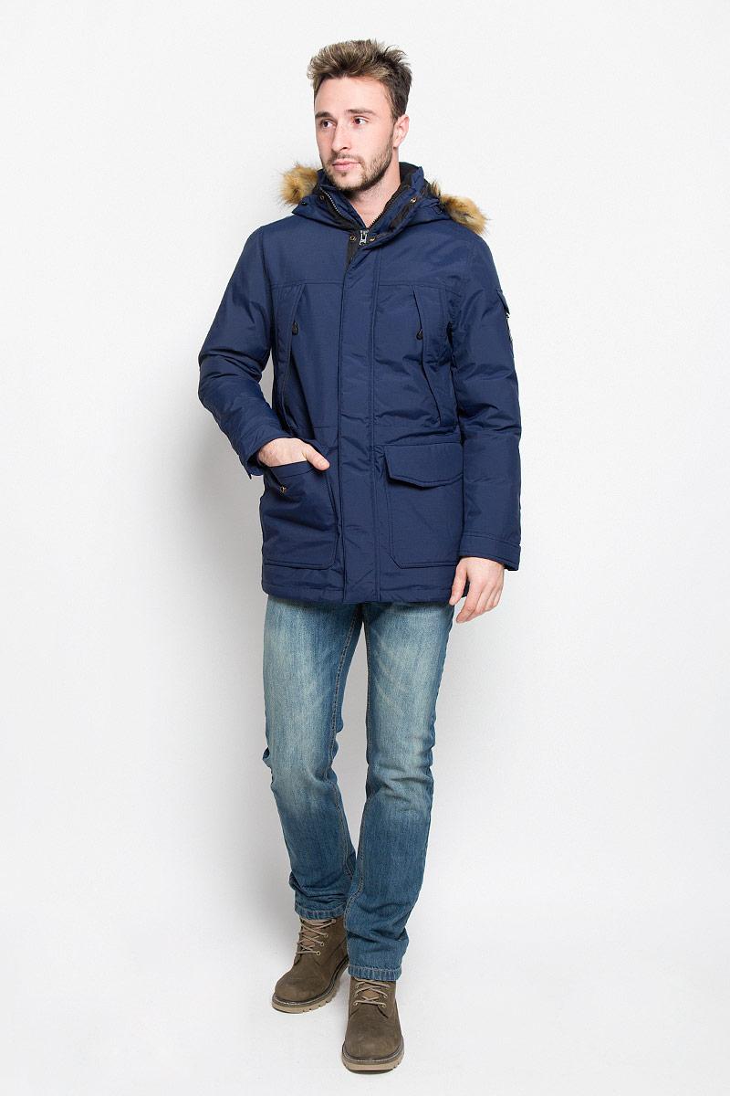 Куртка мужская Wrangler, цвет: темно-синий. W4630YKRQ. Размер XL (52)W4630YKRQМужская куртка Wrangler, выполненная из полиамида, придаст образу безупречный стиль. Подкладка изготовлена из гладкого и приятного на ощупь материала. В качестве утеплителя используется полиэстер, который отлично сохраняет тепло.Куртка прямого кроя с несъемным капюшоном застегивается на застежку-молнию с двумя бегунками и ветрозащитной планкой на кнопках. С внутренней стороны также расположена ветрозащитная планка. Капюшон оформлен искусственным мехом, который в случае необходимости можно отстегнуть. Край капюшона дополнен шнурком-кулиской. Объем рукава регулируется за счет хлястика на кнопке. Спереди расположено два накладных кармана с клапанами на кнопках и четыре прорезных кармана на застежке-молнии, с внутренней стороны - большой накладной карман на кнопке и прорезной карман на застежке-молнии. На левом рукаве расположен небольшой накладной карман с клапаном на кнопке и прорезной карман на застежке-молнии. Изделие оформлено фирменной нашивкой. Такая практичная и теплая куртка послужит отличным дополнением к вашему гардеробу!