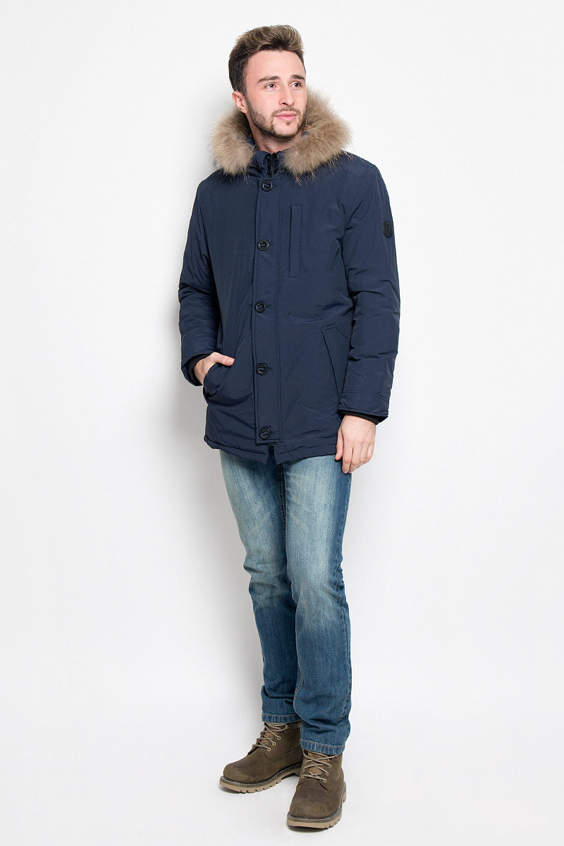 Куртка мужская Sela Casual Wear, цвет: темно-синий. Cp-226/352-6313. Размер XL (52)Cp-226/352-6313Мужская куртка Sela, выполненная из нейлона, придаст образу безупречный стиль. Подкладка изготовлена из гладкого и приятного на ощупь материала. В качестве утеплителя используется полиэстер, который обеспечивает максимальное сохранение тепла.Куртка прямого кроя несъемным капюшоном застегивается на застежку-молнию с ветрозащитной планкой на пуговицах. С внутренней стороны также предусмотрена ветрозащитная планка. По капюшону модель оформлена натуральным мехом, который в случае необходимости можно отстегнуть. Низ рукавов дополнен внутренними трикотажными манжетами. Спереди расположено два прорезных кармана с клапанами на кнопках и небольшой прорезной карман на застежке-молнии, с внутренней стороны - прорезной карман на застежке-молнии. Изделие украшено фирменной нашивкой . Практичная и теплая куртка послужит отличным дополнением к вашему гардеробу!