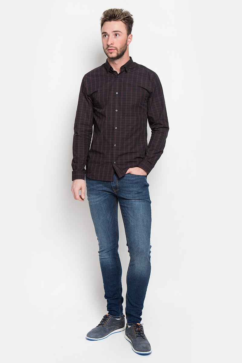 Джинсы мужские Jack & Jones, цвет: синий. 12110056. Размер 31-34 (46-34)12110056_Blue DenimМодные мужские джинсы Jack & Jones - это джинсы высочайшего качества, которые прекрасно сидят. Они выполнены из высококачественного эластичного хлопка с добавлением полиэстера, что обеспечивает комфорт и удобство при носке. Джинсы скинни стандартной посадки станут отличным дополнением к вашему современному образу. Джинсы застегиваются на пуговицу в поясе и ширинку на застежке-молнии, дополнены шлевками для ремня. Джинсы имеют классический пятикарманный крой: спереди модель дополнена двумя втачными карманами и одним маленьким накладным кармашком, а сзади - двумя накладными карманами. Модель оформлена перманентными складками и эффектом потертости.Эти модные и в то же время комфортные джинсы послужат отличным дополнением к вашему гардеробу.
