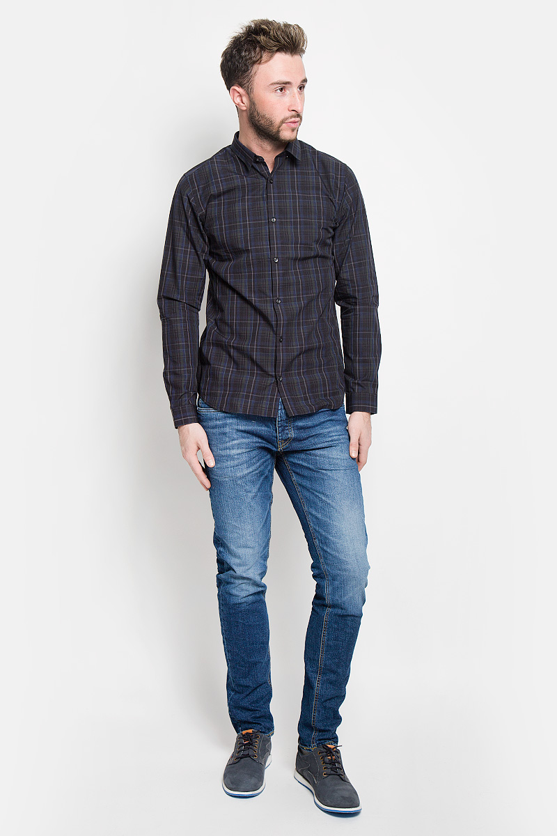 Джинсы мужские Jack & Jones, цвет: синий. 12110047. Размер 31-32 (46-32)12110047_Blue DenimМодные мужские джинсы Jack & Jones - это джинсы высочайшего качества, которые прекрасно сидят. Они выполнены из высококачественного эластичного хлопка, что обеспечивает комфорт и удобство при носке. Джинсы слим стандартной посадки станут отличным дополнением к вашему современному образу. Джинсы застегиваются на пуговицу в поясе и ширинку на пуговицах, дополнены шлевками для ремня. Джинсы имеют классический пятикарманный крой: спереди модель дополнена двумя втачными карманами и одним маленьким накладным кармашком, а сзади - двумя накладными карманами. Модель оформлена перманентными складками и эффектом потертости.Эти модные и в то же время комфортные джинсы послужат отличным дополнением к вашему гардеробу.