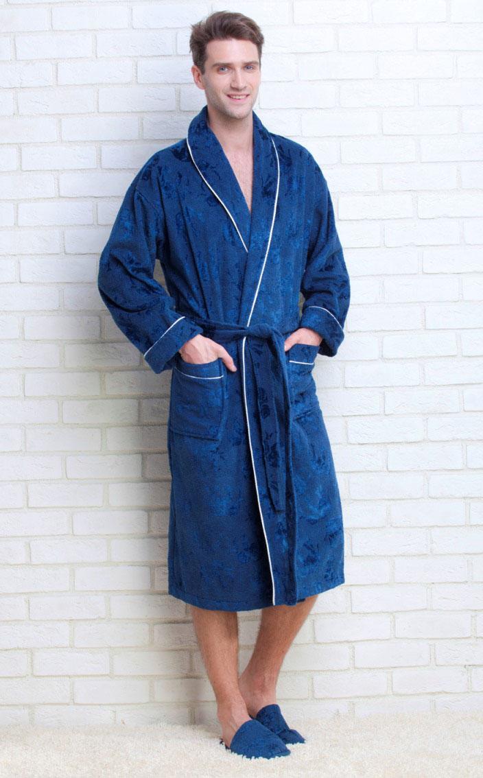 Халат мужской Peche Monnaie Strong Man, цвет: синий. 923. Размер XL (50/52)923Махровый мужской халат Strong Man от Peche Monnaie, выполненный из натурального хлопка, идеально подойдет для вас. Материал приятный на ощупь, позволяет телу дышать и хорошо впитывает влагу. Модель с длинными рукавами и воротником-шаль дополнена поясом на талии. Спереди предусмотрены два накладных кармана. Декоративный кант украшает воротник, манжеты рукавов и карманы. Рукава подворачиваются. Халат оформлен принтом в виде проступающих силуэтов слонов.