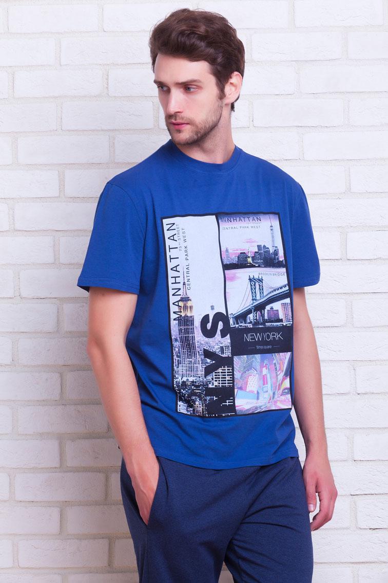 Костюм спортивный мужской Peche Monnaie Manhattan, цвет: индиго. №11. Размер L (50)№11Спортивный костюм Manhattan создан для настоящих мужчин, ведущих активный образ жизни!В комплект входит: легкая футболка и спортивные брюки из более плотного материала. Трикотажная футболка с коротким рукавомс О-образным вырезом, прямой свободный крой - Regular Fit. Оригинальный большой принт на груди в дизайне MANHATTAN. Футболка произведена из натурального хлопка с небольшим добавлением лайкры, позволяющей изделию не деформироваться после многократных стирок, не выцветать и сохранять первоначальную форму. Плотные брюки из натурального хлопка, выработка материала с особой мембранной структурой ткани AIR Control PM обеспечивает великолепные дышащие свойства изделия и естественный теплообмен. Не позволят телу перегреваться или переохлаждаться в зависимости от внешних условий. А добавление лайкры - не позволяет материалу вытягиваться и деформироваться в наиболее активных зонах движения. Широкий и удобный пояс на резинке и дополнительной регулировкой на шнурке. Полноценные внутренние карманы и задний карман на молнии.