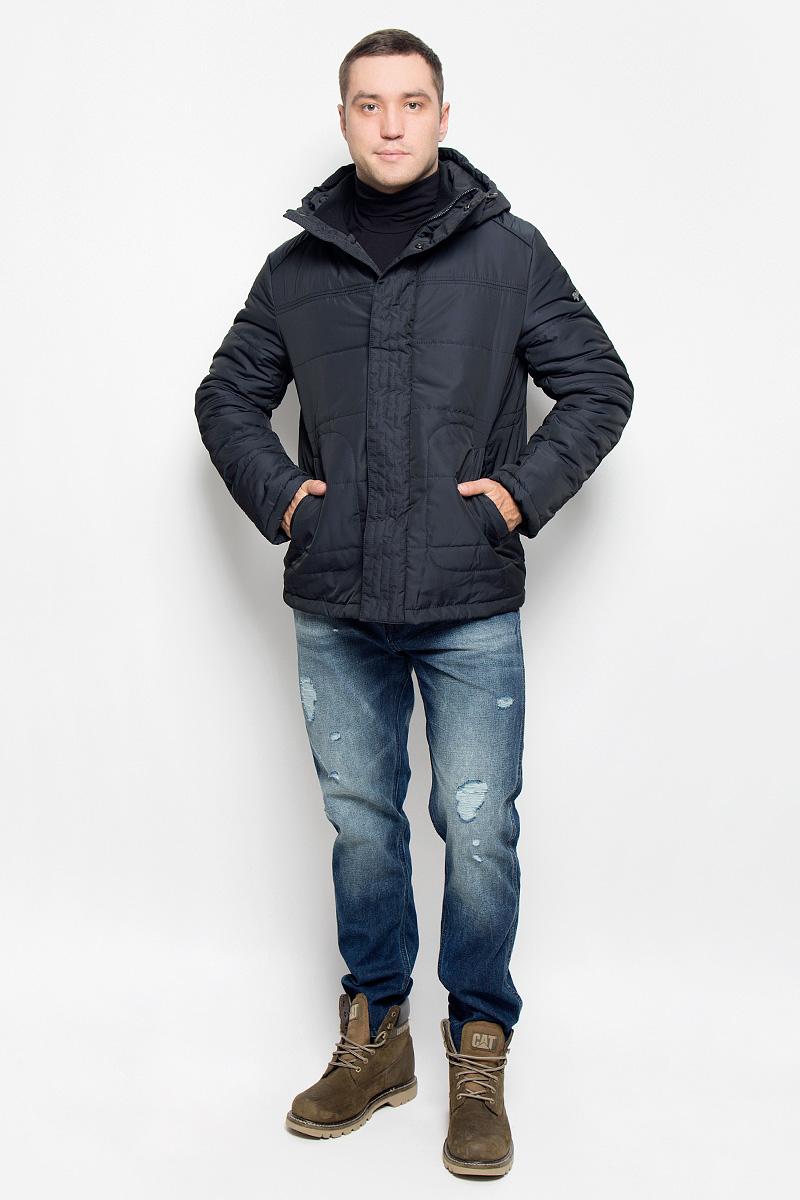 Куртка мужская Grishko, цвет: черно-синий. AL-2977. Размер 52AL-2977Мужская куртка Grishko, выполненная из полиэстера, придаст образу безупречный стиль. Подкладка изготовлена из гладкого и приятного на ощупь материала. В качестве утеплителя используется холлофайбер, который отлично сохраняет тепло.Куртка прямого кроя с ассиметричной линией низа и несъемным капюшоном застегивается на застежку-молнию и ветрозащитную планку на кнопках. С внутренней стороны также расположена ветрозащитная планка. Край капюшона дополнен шнурком-кулиской. Рукава дополнены внутренними трикотажными манжетами. Спереди расположено два прорезных кармана на кнопках, с внутренней стороны - накладной карман с клапаном на кнопке и втачной карман на кнопке. Изделие оформлено фирменным логотипом.Такая практичная и теплая куртка послужит отличным дополнением к вашему гардеробу!