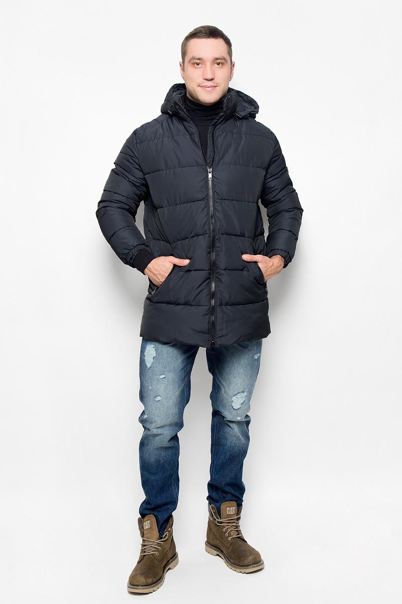 Куртка мужская Grishko, цвет: черно-синий. AL-2976. Размер 56AL-2976Мужская удлинённая куртка Grishko, выполненная из полиамида, придаст образу безупречный стиль. Подкладка изготовлена из гладкого и приятного на ощупь материала. В качестве утеплителя используется полиэфирное волокно, который отлично сохраняет тепло.Куртка прямого кроя с капюшоном и воротником-стойкой застегивается на застежку-молнию с двумя бегунками. С внутренней стороны расположена ветрозащитная планка. Край капюшона дополнен шнурком-кулиской. Низ рукавов собран на резинку. Спереди расположено два прорезных кармана на застежке-молнии, с внутренней стороны - прорезной карман на молнии. Изделие оформлено фирменным логотипом.Такая практичная и теплая куртка послужит отличным дополнением к вашему гардеробу!