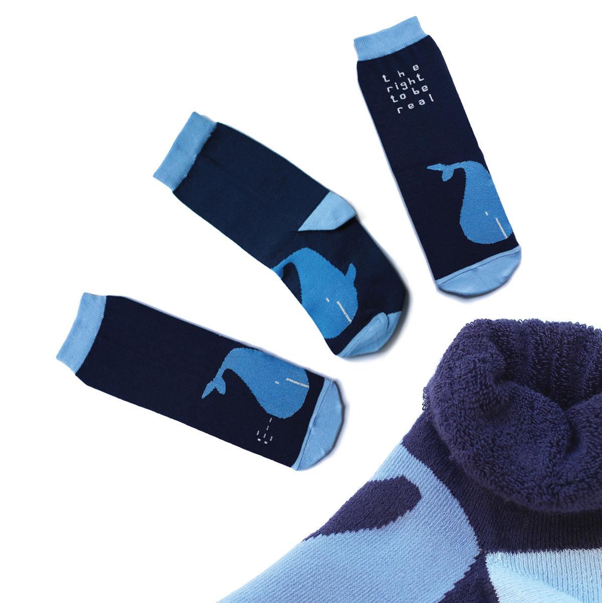 Носки мужские Big Bang Socks, махровые, цвет: темно-синий, голубой. ca1333. Размер 40/44ca1333_махровыеМужские махровые носки Big Bang Socks изготовлены из высококачественного хлопка с добавлением полиамидных и эластановых волокон, которые обеспечивают великолепную посадку. Носки отличаются ярким стильным дизайном, они оформлены изображением кита и надписью: The right to be real. Удобная широкая резинка идеально облегает ногу и не пережимает сосуды, усиленные пятка и мысок повышают износоустойчивость носка, а удлиненный паголенок придает более эстетичный вид. Дизайнерские носки Big Bang Socks - яркая деталь в вашем образе и оригинальный подарок для друзей и близких.