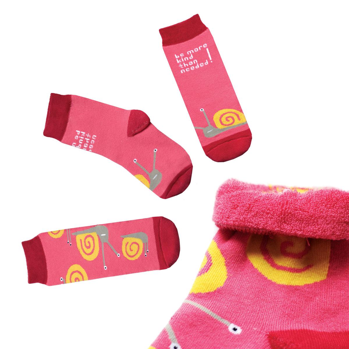 Носки мужские Big Bang Socks, махровые, цвет: розовый, красный, желтый. ca1633. Размер 40/44ca1633_махровыеТеплые мужские махровые носки Big Bang Socks изготовлены из высококачественного хлопка с добавлением полиамидных и эластановых волокон, которые обеспечивают великолепную посадку. Носки отличаются ярким стильным дизайном, они оформлены изображением забавных улиток и надписью: Be more kind than needed!. Удобная широкая резинка идеально облегает ногу и не пережимает сосуды, усиленные пятка и мысок повышают износоустойчивость носка, а удлиненный паголенок придает более эстетичный вид. Дизайнерские носки Big Bang Socks - яркая деталь в вашем образе и оригинальный подарок для друзей и близких.