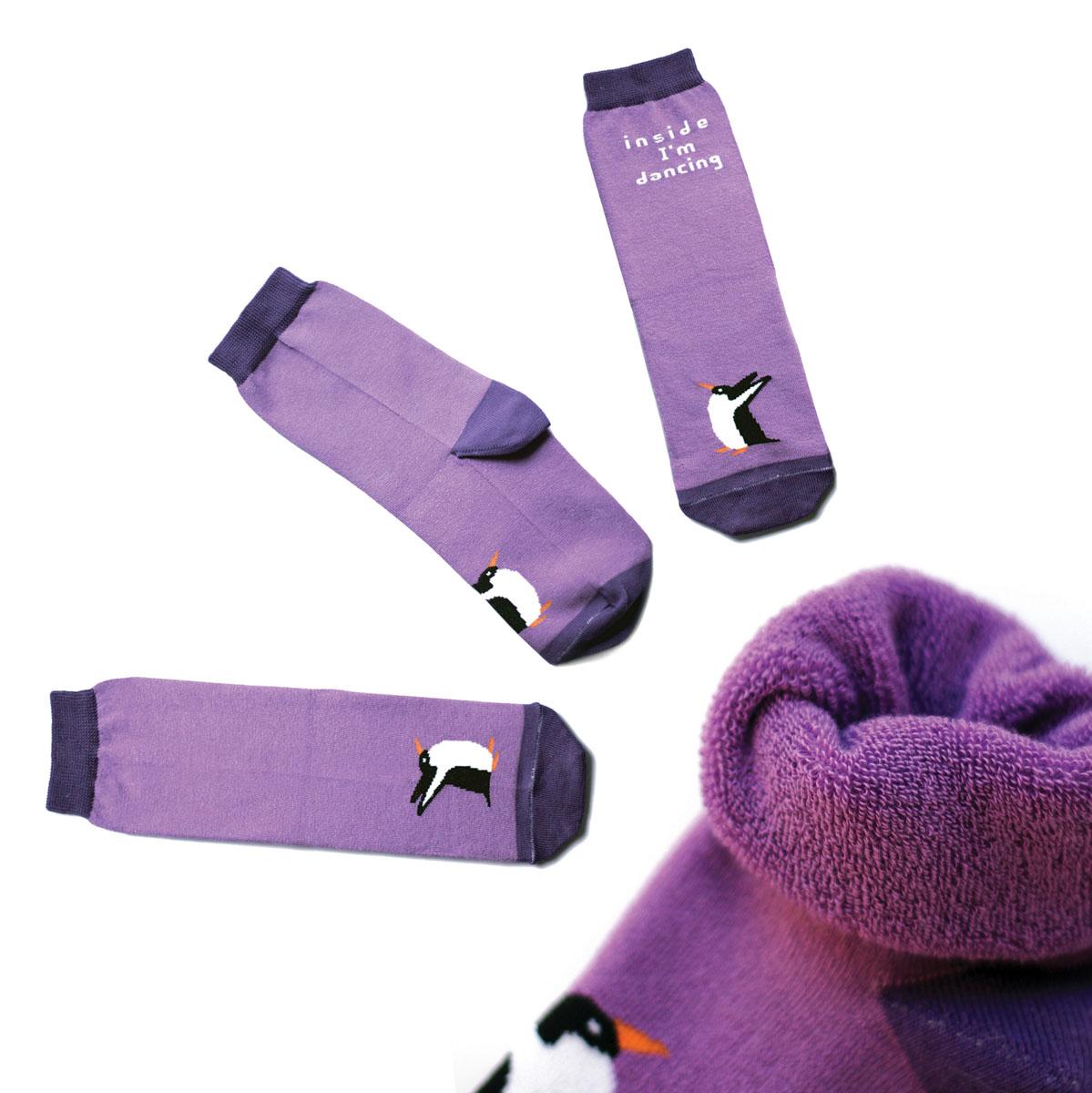 Носки мужские Big Bang Socks, махровые, цвет: сиреневый, фиолетовый. ca1733. Размер 40/44ca1733_махровыеТеплые мужские махровые носки Big Bang Socks изготовлены из высококачественного хлопка с добавлением полиамидных и эластановых волокон, которые обеспечивают великолепную посадку. Носки отличаются ярким стильным дизайном, они оформлены изображением пингвина и надписью: Inside Im dancing. Удобная широкая резинка идеально облегает ногу и не пережимает сосуды, усиленные пятка и мысок повышают износоустойчивость носка, а удлиненный паголенок придает более эстетичный вид. Дизайнерские носки Big Bang Socks - яркая деталь в вашем образе и оригинальный подарок для друзей и близких.