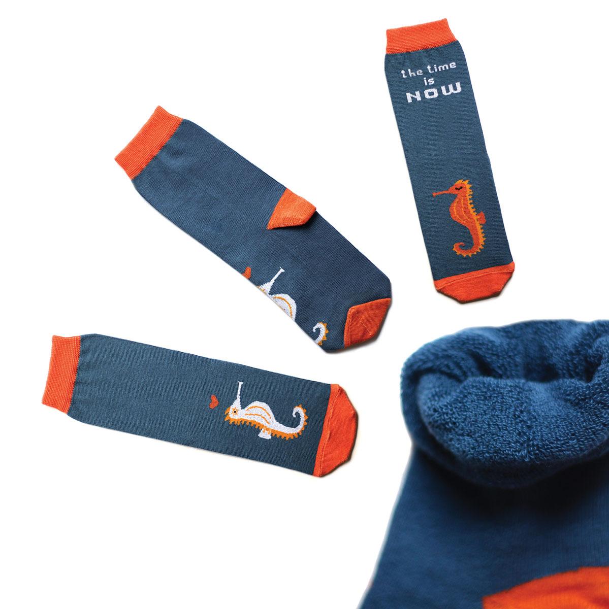 Носки мужские Big Bang Socks, махровые, цвет: синий, оранжевый. ca1933. Размер 40/44ca1933_махровыеТеплые мужские махровые носки Big Bang Socks изготовлены из высококачественного хлопка с добавлением полиамидных и эластановых волокон, которые обеспечивают великолепную посадку. Носки отличаются ярким стильным дизайном, они оформлены изображением морских коньков и надписью: The time is now. Удобная широкая резинка идеально облегает ногу и не пережимает сосуды, усиленные пятка и мысок повышают износоустойчивость носка, а удлиненный паголенок придает более эстетичный вид. Дизайнерские носки Big Bang Socks - яркая деталь в вашем образе и оригинальный подарок для друзей и близких.