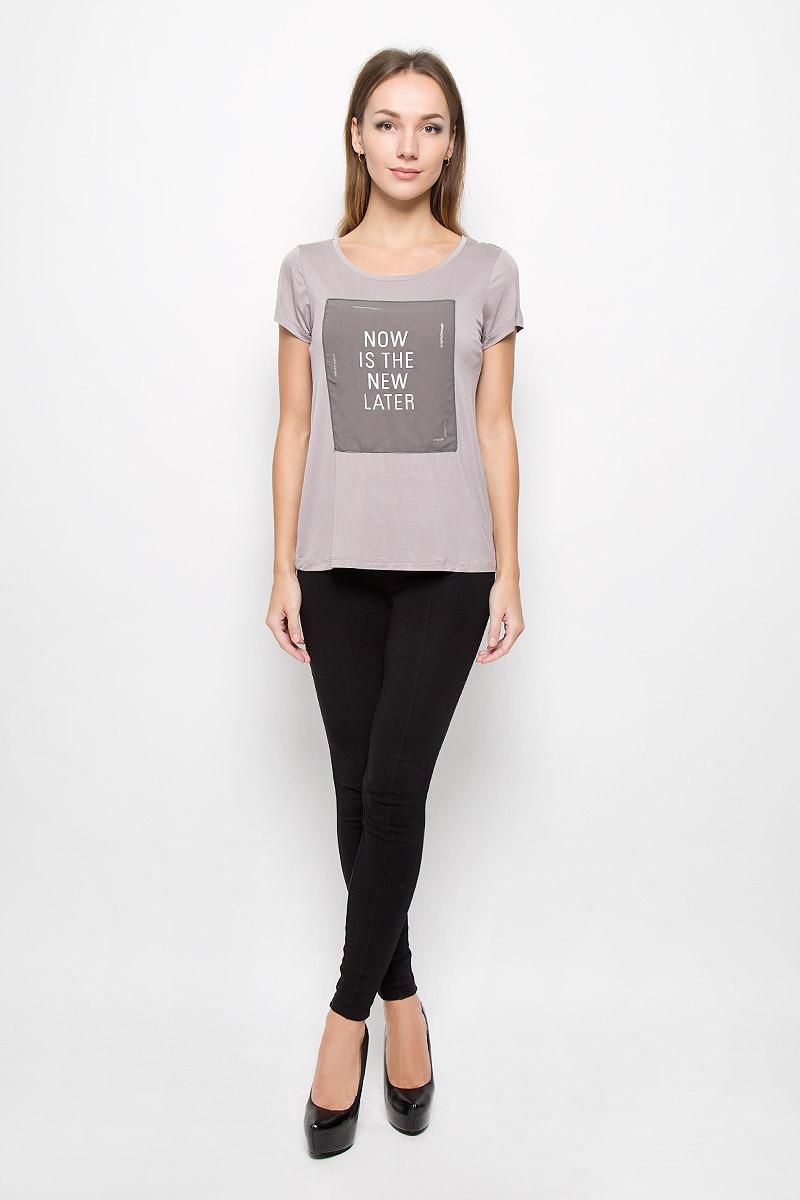 Футболка женская Broadway Nyomi, цвет: тауп. 10156665. Размер XS (42)10156665_799Модная женская футболка Broadway Nyomi, выполненная из эластичной вискозы, прекрасно подойдет для повседневной носки. Материал очень мягкий и приятный на ощупь, не сковывает движения и обладает высокими дышащими свойствами.Футболка с круглым вырезом горловины и короткими рукавами дополнена спереди декоративной вставкой с принтовыми надписями. Такая модель будет дарить вам комфорт в течение всего дня и станет стильным дополнением к вашему гардеробу.