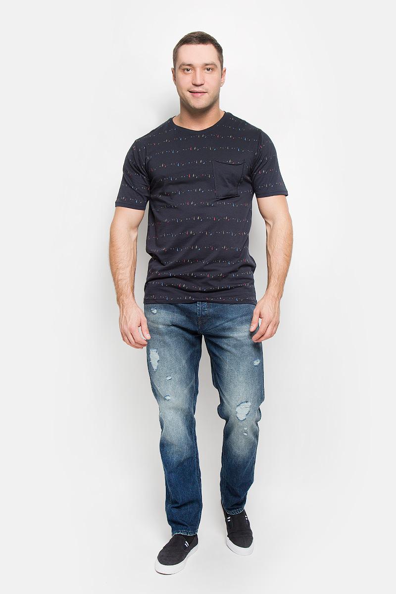 Футболка мужская Only & Sons, цвет: темно-синий. 22004095. Размер M (46)22004095_Dark NavyМужская футболка Only & Sons, выполненная из натурального хлопка, идеально подойдет для повседневной носки. Материал очень мягкий и тактильно приятный, не стесняет движений, обладает высокими дышащими свойствами. Плоские швы изделия обеспечивают комфорт и не вызывают раздражений. Футболка с круглым вырезом горловины и короткими рукавами оформлена мелким принтом. Вырез горловины дополнен трикотажной резинкой. На груди расположен оригинальный накладной карман. Модель украшена фирменной нашивкой.Такая футболка займет достойное место в вашем гардеробе!