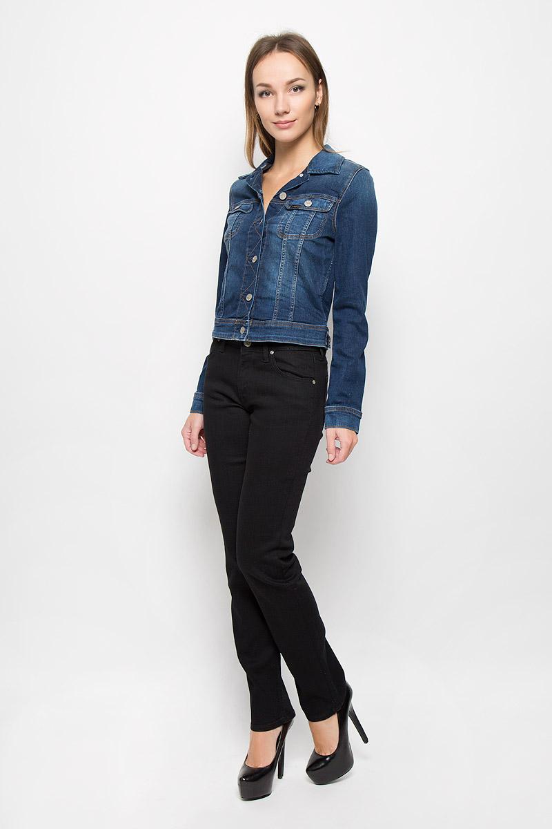 Куртка джинсовая женская Lee Slim Rider, цвет: темно-синий. L541HAIM. Размер S (44)L541HAIMЖенская джинсовая куртка Lee Slim Rider займет достойное место в вашем гардеробе. Модель выполнена из хлопка с добавлением полиэстера и эластана. Материал тактильно приятный, не стесняет движений и обладает высокими дышащими свойствами.Куртка с отложным воротником и длинными рукавами застегивается на металлические пуговицы. Манжеты на рукавах также оснащены застежками-пуговицами. Спереди расположены два прорезных кармана с клапанами на пуговицах. По низу изделие дополнено хлястиками и пуговицами для регулировки объема. Модель оформлена потертостями и контрастной прострочкой.Модный дизайн и расцветка делают эту куртку стильным предметом женской одежды. Она поможет создать отличный современный образ!