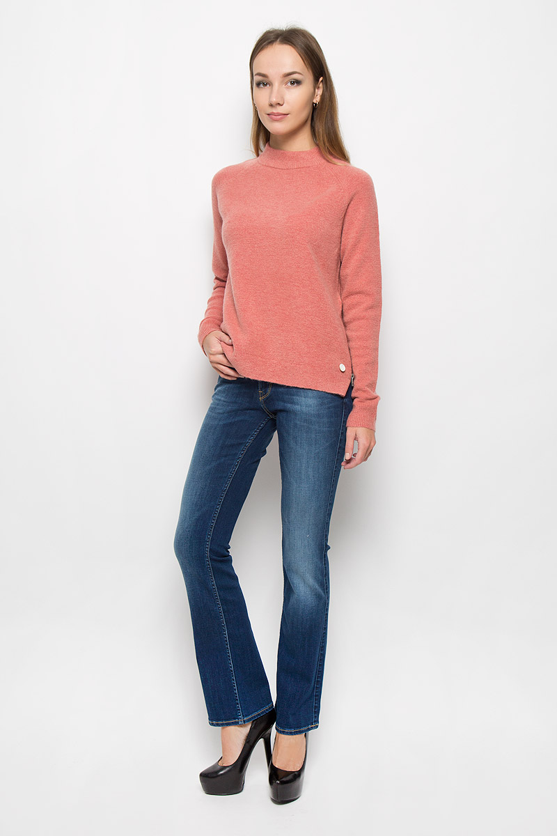 Джинсы женские Lee Joliet, цвет: темно-синий. L534HAIM. Размер 26-33 (42-33)L534HAIMМодные женские джинсы Lee Jolietстанут отличным дополнением к вашему гардеробу. Изготовленные из хлопка с добавлением полиэстера и эластана, они приятные на ощупь, не сковывают движения и хорошо пропускают воздух.Джинсы-клеш застегиваются на металлические пуговицы и имеют ширинку на застежке-молнии. На поясе предусмотрены шлевки для ремня. Спереди расположены два втачных кармана и один маленький накладной, а сзади - два накладных кармана. Изделие оформлено потертостями, перманентными складками и контрастной прострочкой. Современный дизайн и расцветка делают эти джинсы стильным предметом женской одежды. Это идеальный вариант для тех, кто хочет заявить о себе и своей индивидуальности!