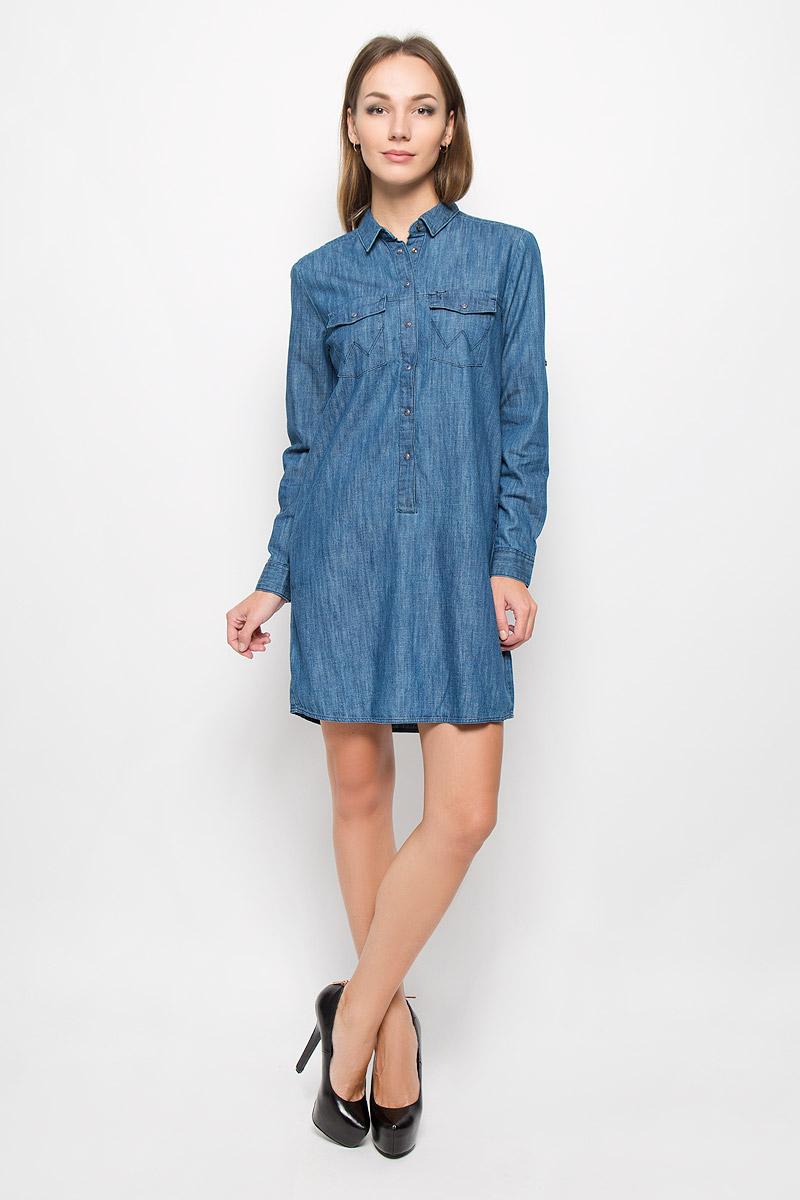 Платье Wrangler, цвет: синий. W90537P3E. Размер L (48)W90537P3EЭлегантное платье Wrangler выполнено из натурального хлопка. Такое платье обеспечит вам комфорт и удобство при носке и непременно вызовет восхищение у окружающих. Модель средней длины с длинными рукавами и отложным воротником выгодно подчеркнет все достоинства вашей фигуры. Платье стилизовано под джинсовую рубашку, застегивается на кнопки на груди, воротник застегивается на пуговицу. Манжеты рукавов также застегиваются на кнопки, рукава дополнены хлястиками на пуговицах, позволяющими зафиксировать рукав в закатанном состоянии. Платье дополнено двумя нагрудными карманами с клапанами на кнопках и двумя втачными карманами. Изысканное платье-миди создаст обворожительный и неповторимый образ.Это модное и комфортное платье станет превосходным дополнением к вашему гардеробу, оно подарит вам удобство и поможет подчеркнуть ваш вкус и неповторимый стиль.