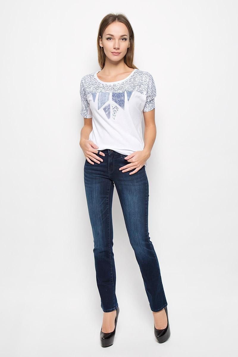 Джинсы женские Wrangler Sara Narrow, цвет: темно-синий. W25ZQC79M. Размер 31-34 (46/48-34)W25ZQC79MСтильные женские джинсы Wrangler Sara Narrow подчеркнут ваш уникальный стиль и помогут создать оригинальный женственный образ. Модель выполнена из высококачественного эластичного хлопка, что обеспечивает комфорт и удобство при носке.Джинсы прямого кроя и стандартной посадки застегиваются на пуговицу в поясе и ширинку на застежке-молнии. На поясе предусмотрены шлевки для ремня. Джинсы имеют классический пятикарманный крой: спереди модель оформлена двумя втачными карманами и одним маленьким накладным кармашком, а сзади - двумя накладными карманами. Модель оформлена перманентными складками и эффектом потертости.Эти модные и в тоже время комфортные джинсы послужат отличным дополнением к вашему гардеробу.