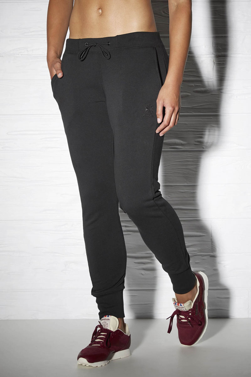 Брюки спортивные женские Reebok F Starcrest T Sweat, цвет: черный. AY0445. Размер M (46/48)AY0445Брюки женские для бега Reebok классического кроя. Отлично подходят для повседневной носки. Эластичный пояс в рубчик со шнурком для оптимальной посадки по фигуре. Карманы сзади отлично подходят для хранения мелочей. Вышитый логотип позволит продемонстрировать серьезность намерений.