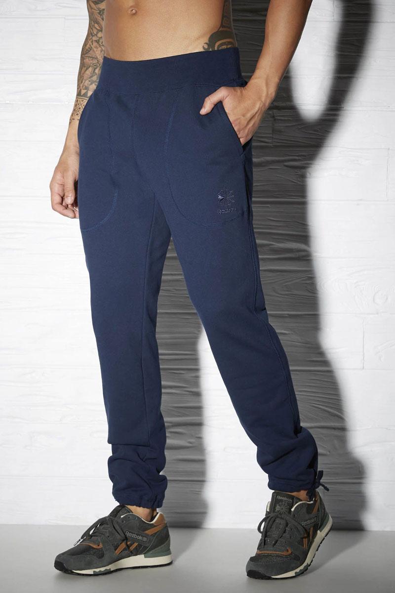 Брюки спортивные мужские Reebok Cc Ft Tennis, цвет: синий. AY1210. Размер XL (56/58)AY1210Спортивные брюки Reebok Cc Ft Tennis удобные и выполнены из высококачественного материала. Стильная модель с поясом на шнурке и глубокими боковыми карманами просто созданы для повседневной жизни.
