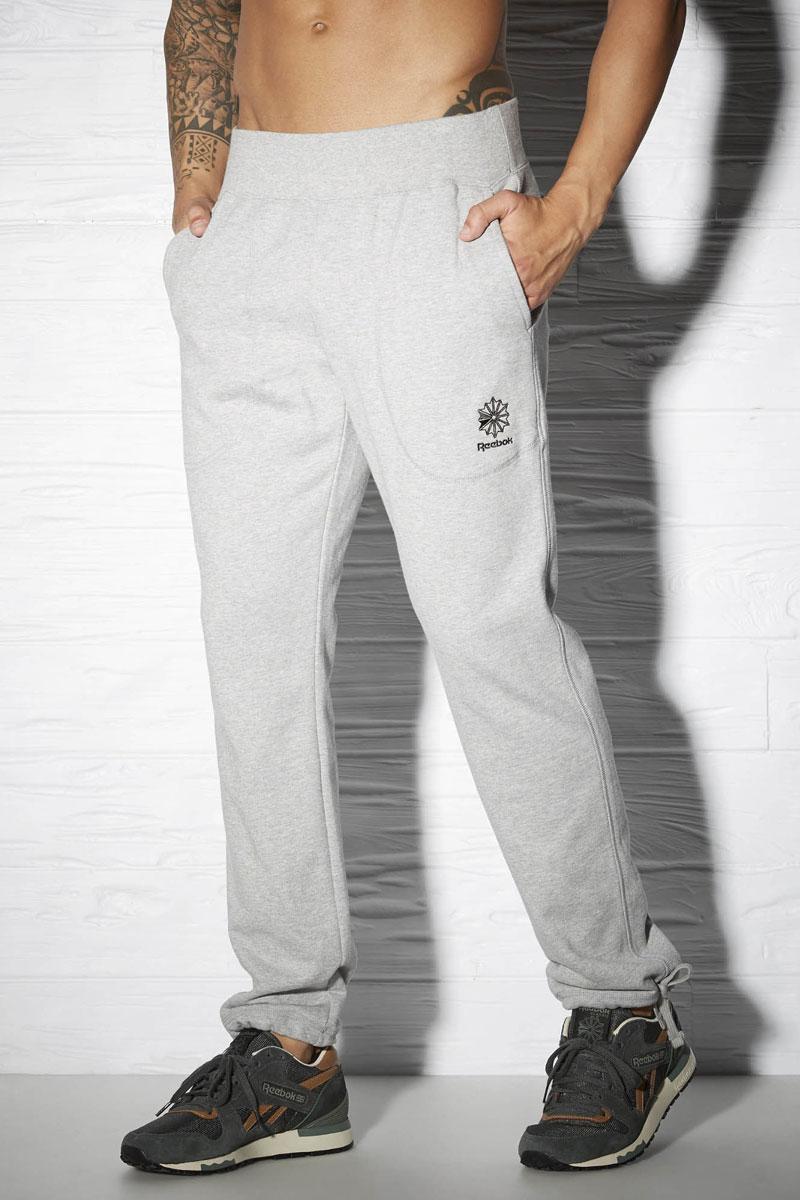 Брюки спортивные мужские Reebok Cc Ft Tennis, цвет: серый. AY1212. Размер L (52/54)AY1212Спортивные брюки Reebok Cc Ft Tennis удобные и выполнены из высококачественного материала. Стильная модель с поясом на шнурке и глубокими боковыми карманами просто созданы для повседневной жизни.