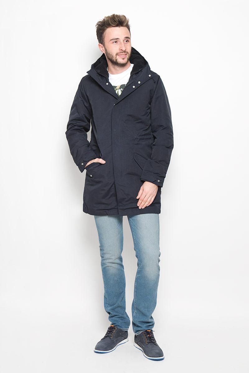 Куртка мужская Levis®, цвет: темно-синий. 2767400010. Размер S (44)2767400010Стильная мужская куртка Finn Flare превосходно подойдет для холодных дней. Куртка выполнена из хлопка с добавлением полиамида и имеет подкладку изполиэстера, она отлично защищает от дождя, снега и ветра. Модель с длинными рукавами и несъемным капюшоном застегивается на застежку-молнию и имеет ветрозащитный клапан на кнопках. Куртка дополнена теплой и мягкой подкладкой , которая пристегивается и отстегивается с помощью пуговиц. Изделие дополнено двумя втачными карманами на клапанах с кнопками, а также внутренним накладным карманом на застежке-молнии. Рукава дополнены манжетами, которые регулируются с помощью застежек-кнопок.Эта модная и в то же время комфортная куртка согреет вас в холодное время года и отлично подойдет как для прогулок, так и для активного отдыха.