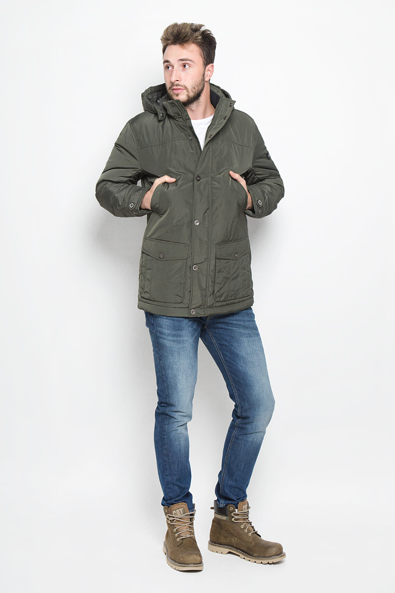 Куртка мужская Finn Flare, цвет: темно-зеленый. W16-22002_905. Размер M (48)W16-22002_905Мужская куртка Finn Flare, выполненная из полиэстера, придаст образу безупречный стиль. Подкладка изготовлена из гладкого и приятного на ощупь материала. В качестве утеплителя используется высококачественный полиэстер, который отлично сохраняет тепло.Куртка с капюшоном и воротником-стойкой застегивается на застежку-молнию с внутренней ветрозащитной планкой. Капюшон пристегивается к изделию за счет металлических кнопок. Край капюшона дополнен шнурком-кулиской, а на макушке капюшон имеет небольшой хлястик для регулирования размера.Рукава оснащены манжетами с застёжками-кнопками. Спереди модель дополнена двумя прорезными карманами на кнопках и двумя накладными карманами на застежках-кнопках. С внутренней стороны куртка дополнена прорезным карманом на молнии, накладным карманом на липучке и втачным карманом на пуговице. В поясе куртка регулируется с помощью шнурка-кулиски. Модель оформлена фирменной нашивкой с названием бренда.Этот теплый пуховик послужит отличным дополнением к вашему гардеробу!