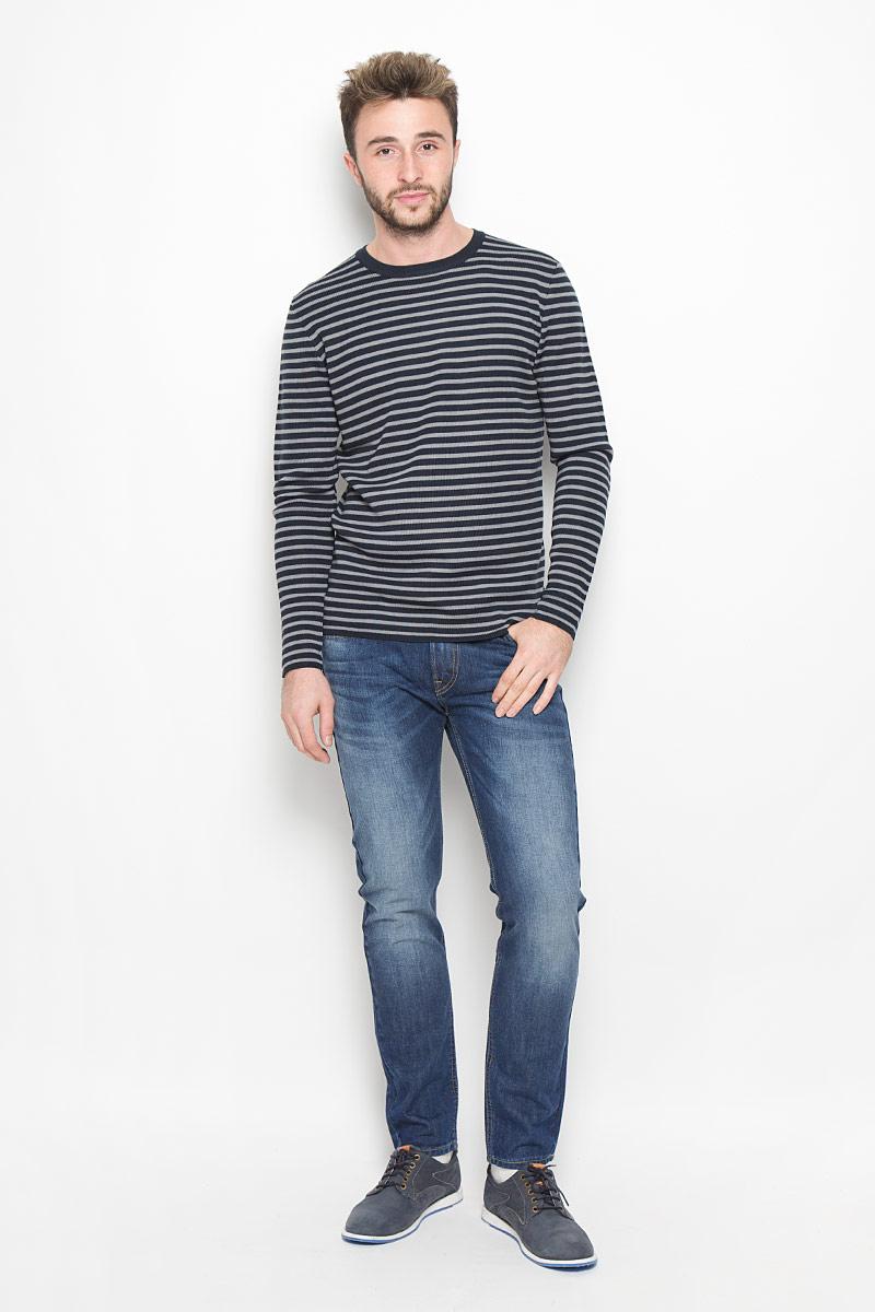 Джинсы мужские Lee Arvin, цвет: синий. L73242YL. Размер 31-32 (46/48-32)L73242YLСтильные мужские джинсы- джинсы высочайшего качества, которые прекрасно сидят. Модель слегка зауженного к низу кроя и средней посадки изготовлена натурального хлопка. Джинсы на талии застегиваются на металлическую пуговицу, а также имеют ширинку на застежке-молнии и шлевки для ремня. Спереди модель дополнена двумя втачными карманами иодним накладным небольшим кармашком, а сзади - двумя накладными карманами. Изделие оформлено небольшим эффектом потертости и контрастной прострочкой.