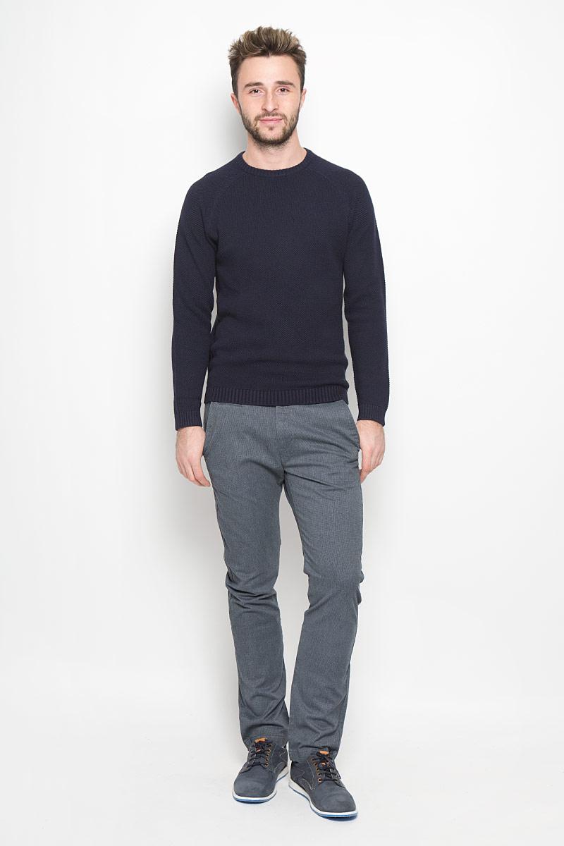 Брюки мужские Lee Chino, цвет: серый. L768YN87. Размер 30-32 (46-32)L768YN87Стильные мужские брюки Lee Chino великолепно подойдут для повседневной носки и помогут вам создать незабываемый современный образ.Классическая модель-слим стандартной посадки изготовлена из эластичного хлопка с добавлением полиэстера, благодаря чему великолепно пропускает воздух, обладает высокой гигроскопичностью и превосходно сидит. Брюки застегиваются на ширинку на застежке-молнии, а также пуговицу на поясе. На поясе расположены шлевки для ремня. Брюки оснащены двумя втачными карманами и маленьким прорезным кармашком спереди, а также двумя прорезными карманами с клапанами на пуговицах сзади. Эти модные и в то же время удобные брюки станут великолепным дополнением к вашему гардеробу. В них вы всегда будете чувствовать себя уверенно и комфортно.