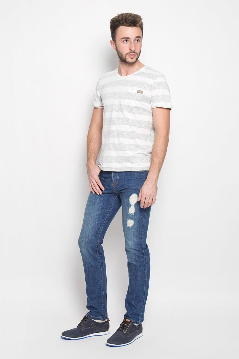 Джинсы мужские Sela Denim, цвет: синий джинс. PJ-235/1050-6362. Размер 29-32 (44/46-32)PJ-235/1050-6362Мужские джинсы Sela Denim выполнены из натурального хлопка. Материал изделия тактильно приятный, не стесняет движений и обладает высокими дышащими свойствами. Джинсы застегиваются спереди на металлическую пуговицу и имеют ширинку на застежке-молнии. Прямая модель слегка заужена к низу. На поясе предусмотрены шлевки для ремня. Спереди расположены два втачных кармана и один маленький накладной, а сзади - два накладных кармана. Изделие оформлено потертостями, прорезями и перманентными складками.Отличное качество, дизайн и расцветка делают эти джинсы стильным предметом мужской одежды. Модель поможет создать модный и современный образ!