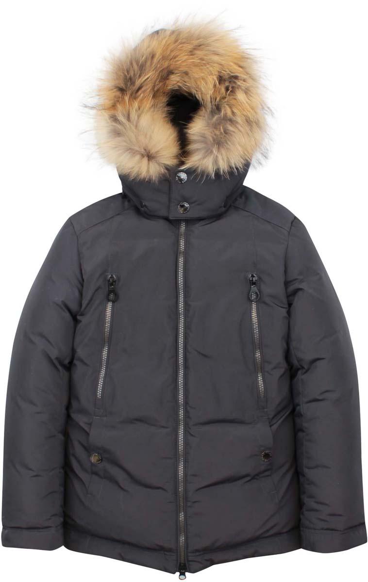 Куртка для мальчика Pulka, цвет: темно-серый. PUFWB-626-10125-805. Размер 140PUFWB-626-10125-805Модная куртка Pulka выполнена из высококачественного полиэстера. В качестве утеплителя используется полиэстер и пух с добавлением пера. Модель с воротником-стойкой и съемным капюшоном застегивается на застежку-молнию. Капюшон, оформленный съемный натуральным мехом енота, пристегивается к куртке с помощью кнопок. Спереди куртка дополнена двумя втачными карманами на кнопках, на груди - двумя прорезными карманами на застежках-молниях, с внутренней стороны - накладным карманом на кнопке. Рукава дополнены внутренними манжетами, присборенными на резинки. Нижняя часть модели и область талии с внутренней стороны регулируются с помощью эластичных шнурков со стопперами.