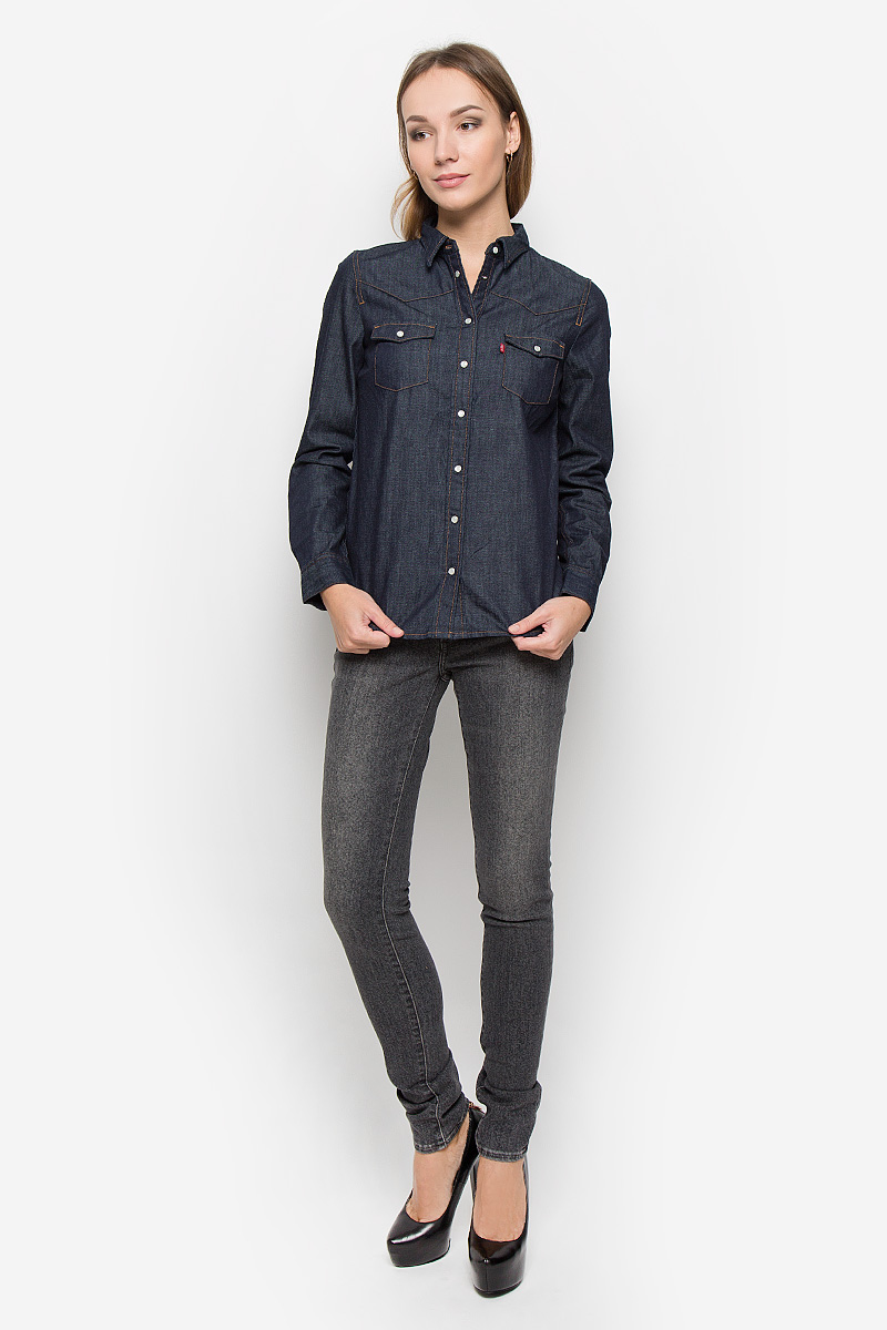 Рубашка женская Levis®, цвет: темно-синий джинс. 2499600020. Размер M (46)2499600020Стильная женская рубашка Levis® выполнена из натурального хлопка. Материал очень мягкий и приятный на ощупь, не сковывает движения и позволяет коже дышать. Рубашка с отложным воротником и длинными рукавами застегивается на кнопки по всей длине. Низ рукавов обработан манжетами на кнопках. Спереди модель дополнена двумя накладными карманами с оригинальными клапанами на кнопках.