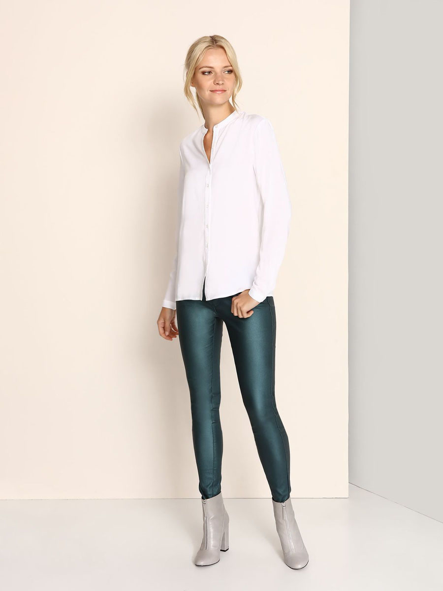 Блузка женская Top Secret, цвет: белый. SBD0628BI. Размер 34 (40)SBD0628BIМодная женская блузка Top Secret, изготовленная из вискозы, приятная на ощупь, не сковывает движений и обеспечивает наибольший комфорт.Модель свободного кроя с круглым вырезом горловины и длинными рукавами застегивается на пуговицы по всей длине. Манжеты рукавов оснащены застежками-пуговицами.
