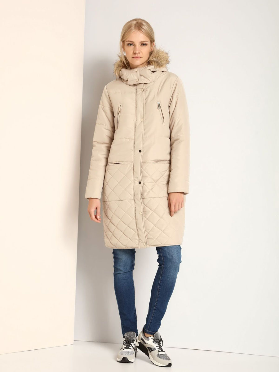 Пальто женское Top Secret, цвет: бежевый. SKU0718BE. Размер 38 (44)SKU0718BEУдобное женское пальто Top Secret выполнено из 100% полиэстера. В качестве наполнителя используется синтепон. Модель с длинными рукавами и несъемным капюшоном застегивается на застежку-молнию и дополнительно имеет ветрозащитную планку на кнопках. Край капюшона оформлен искусственным мехом, который в случае необходимости можно отстегнуть. Спереди расположено четыре прорезных кармана.